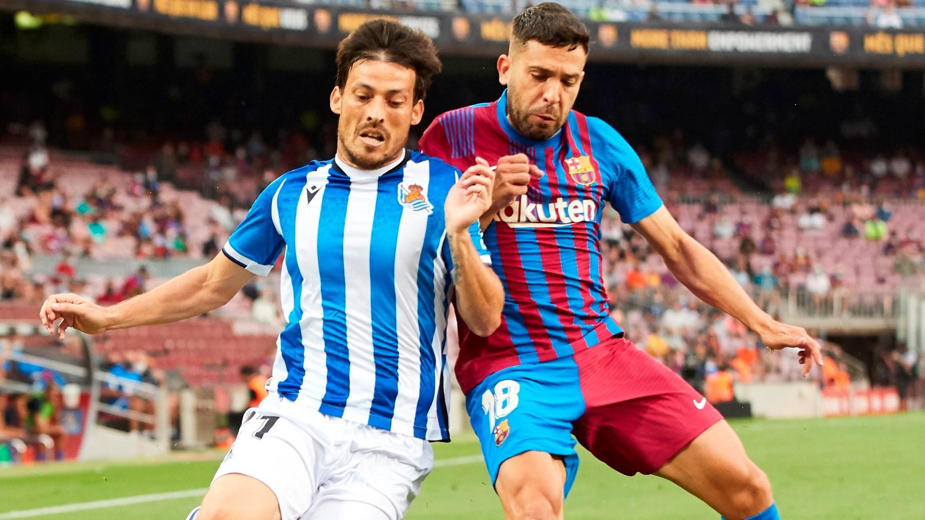 Jordi Alba pelea un balón con David Silva. (EFE)