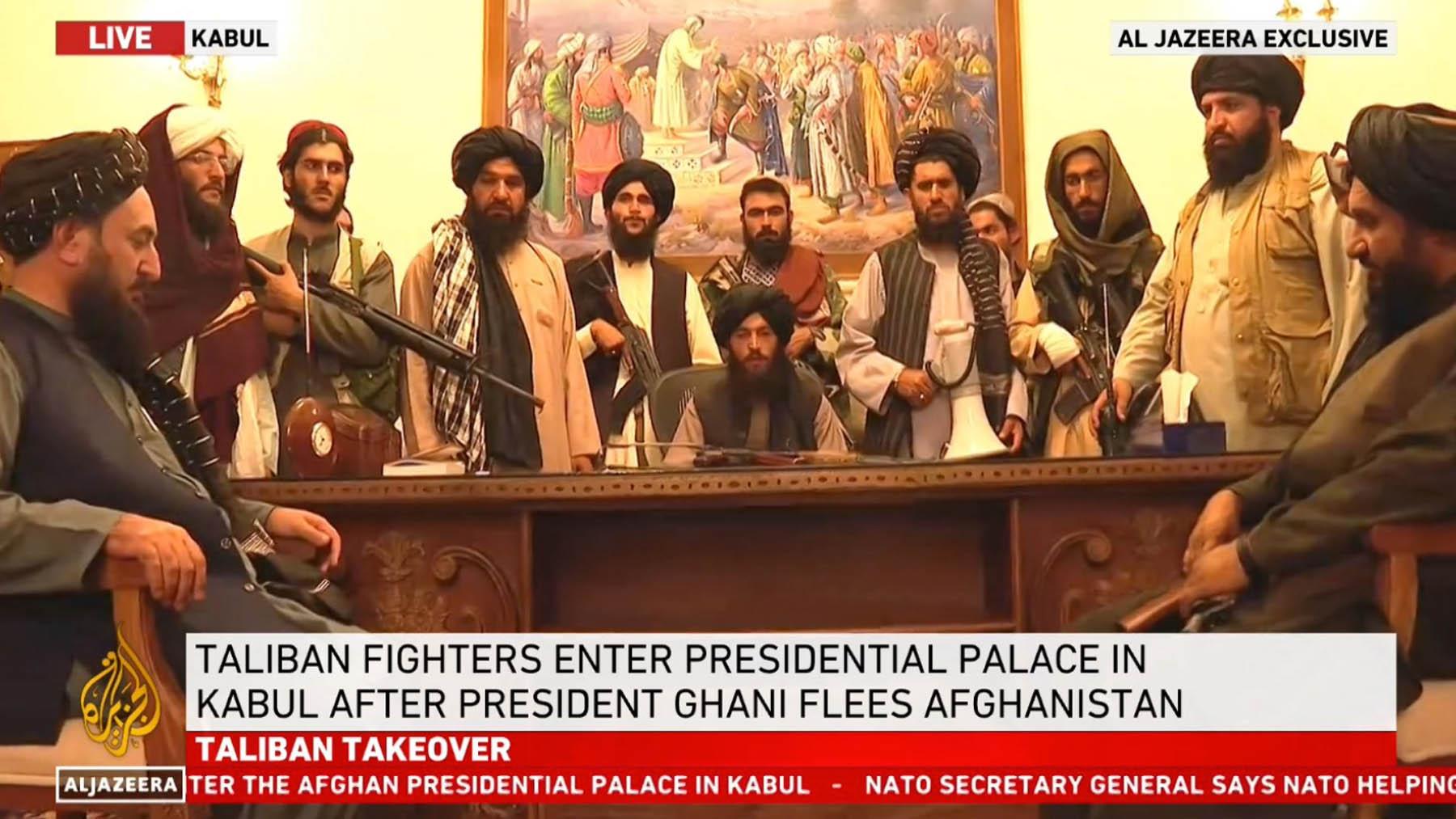Talibanes en el palacio presidencial de Kabul.