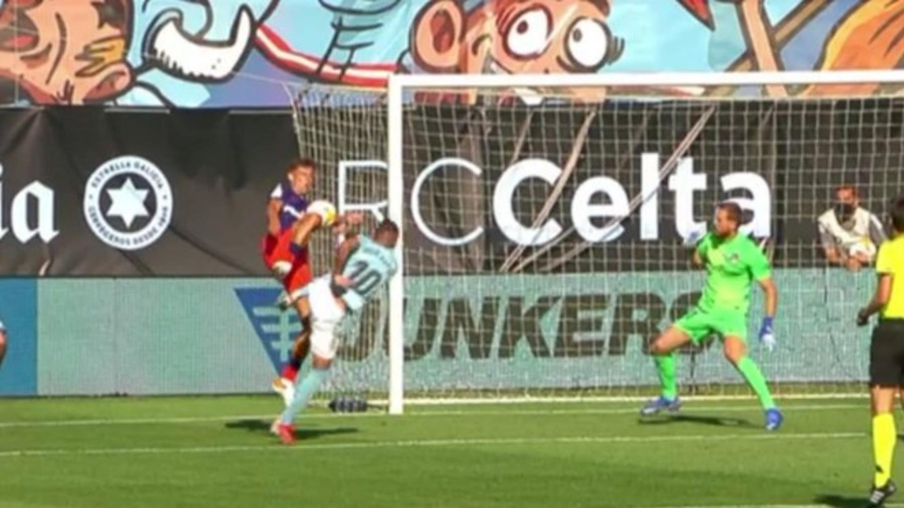 El balón golpea en la mano de Marcos Llorente.