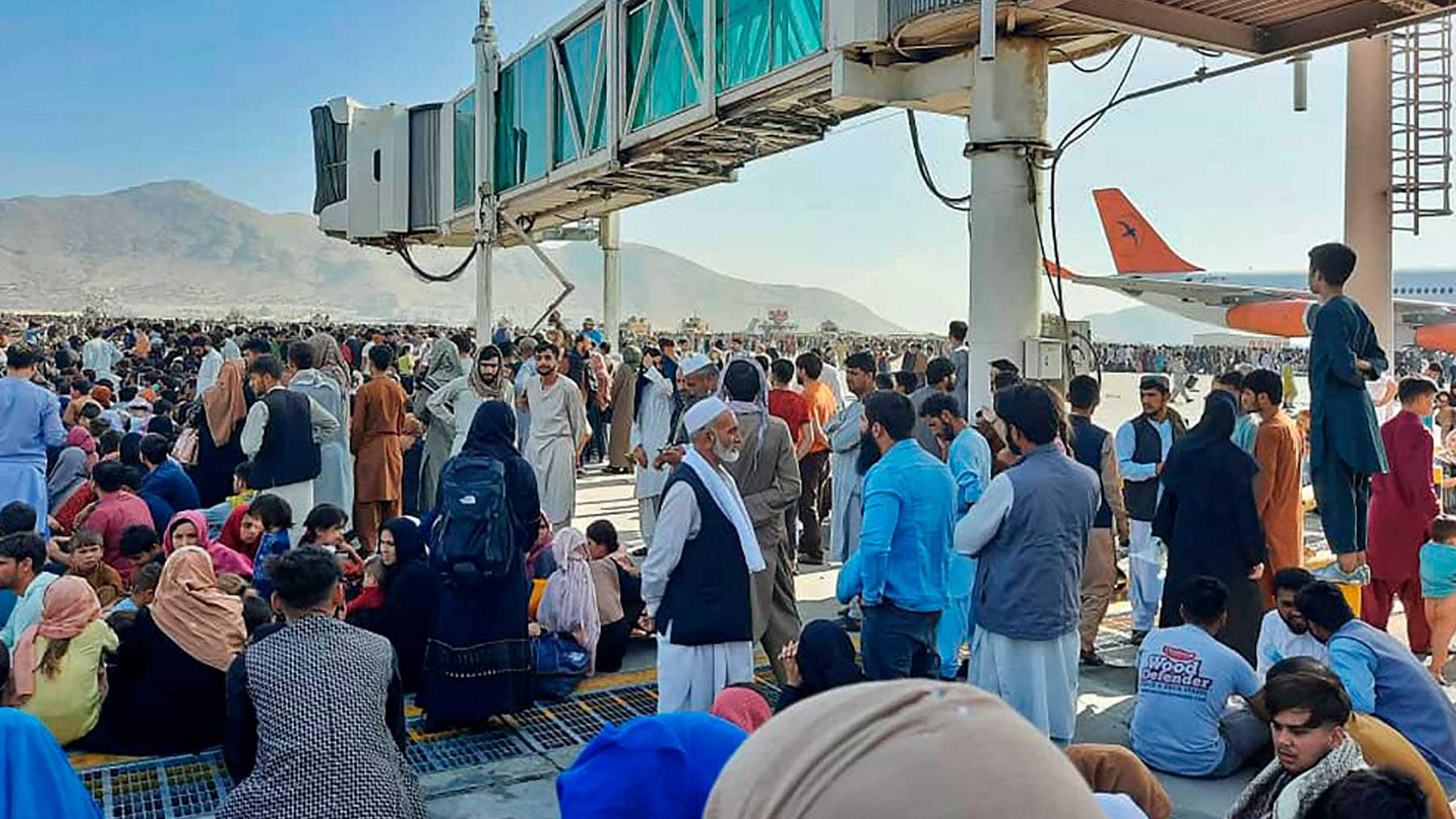 Cientos de ciudadanos de Afganistán en la pista del aeropuerto de Kabul. Foto: AFP