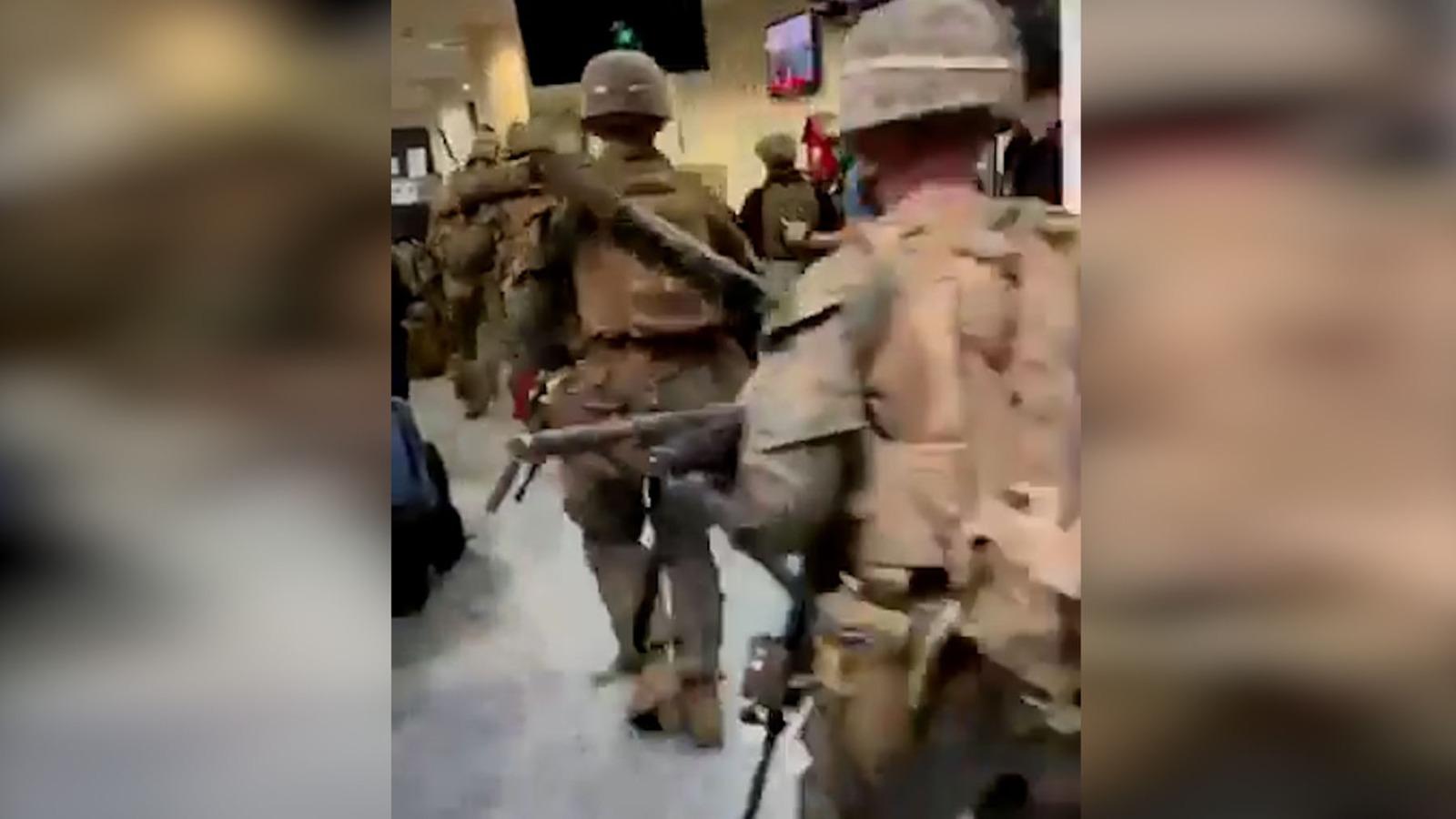 Marines en el aeropuerto de Kabul.