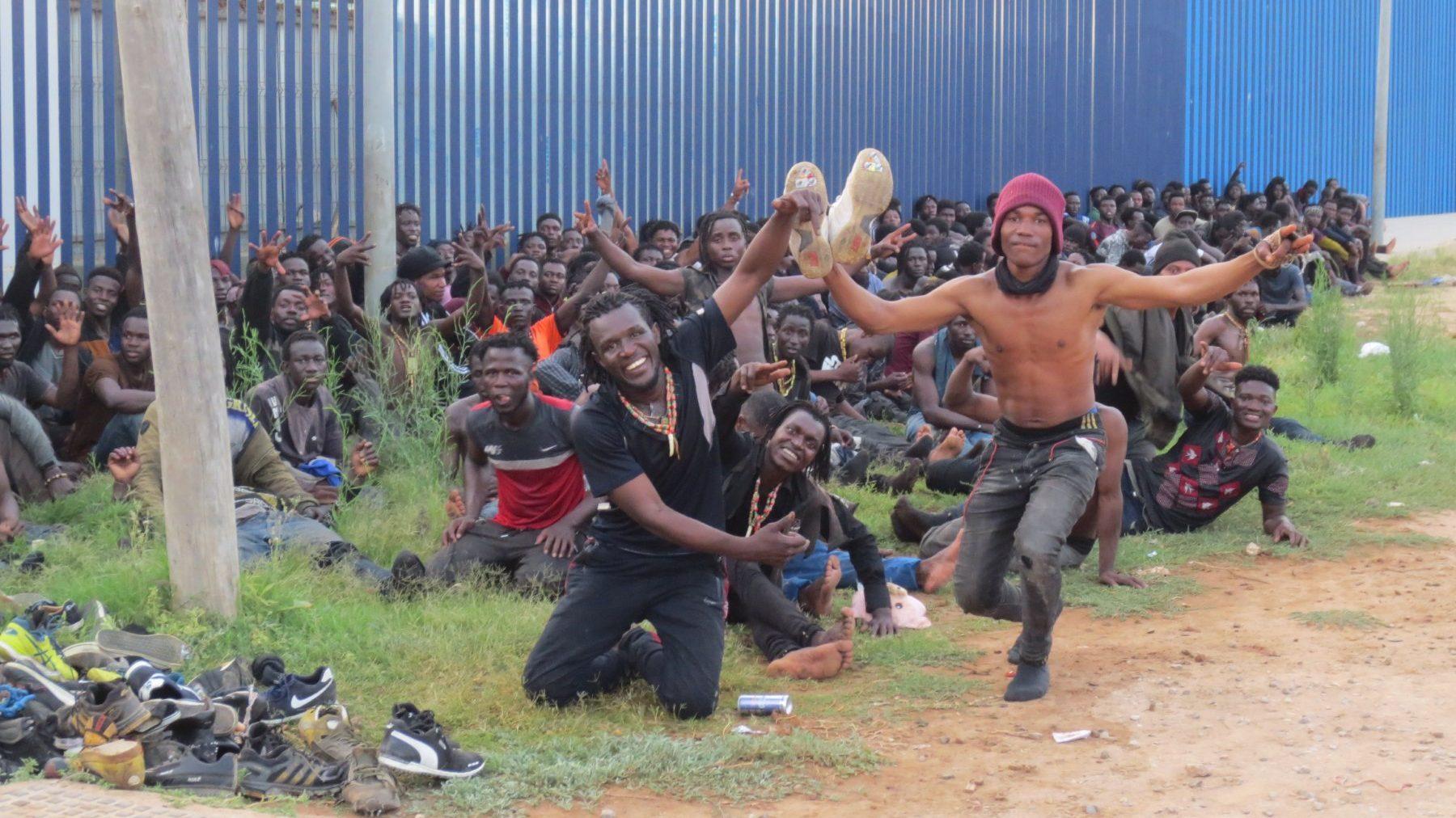 Un grupo de inmigrantes de origen subsahariano, a las puertas del CETI de Melilla (EUROPA PRESS). (1)