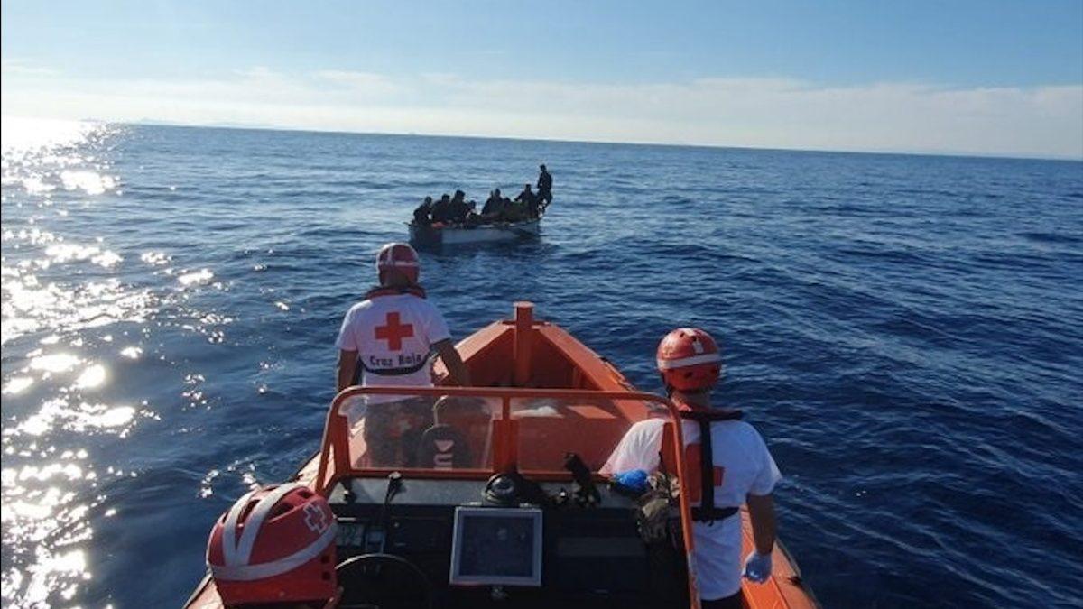 Cruz Roja rescata una patera con inmigrantes ilegales en aguas españolas.