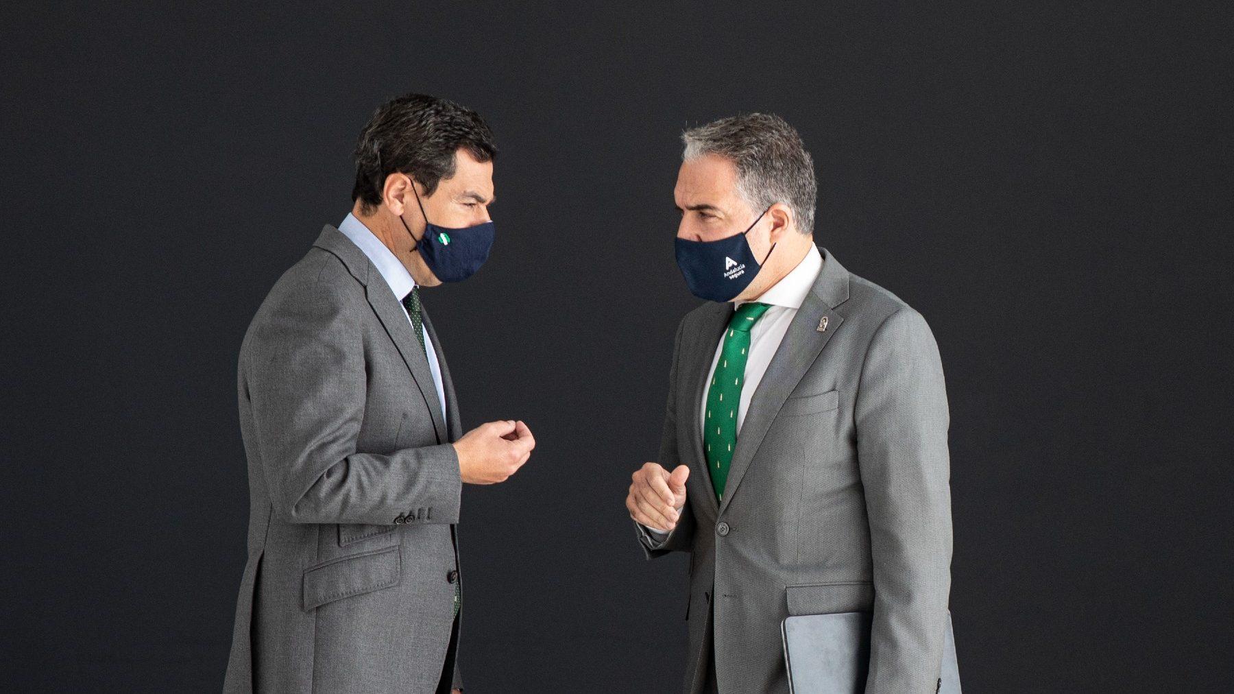 Juanma Moreno, presidente de la Junta (i), y Elías Bendodo, consejero de la Presidencia (MARÍA JOSÉ LÓPEZ / EUROPA PRESS).