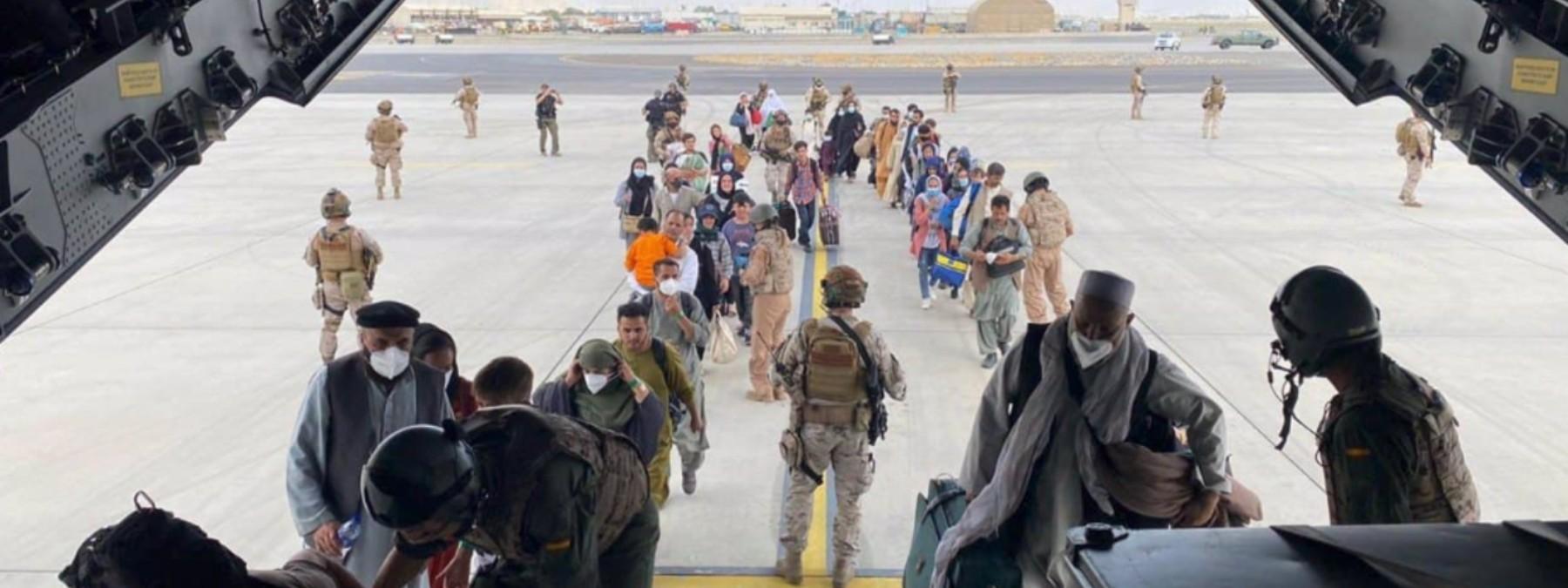 Españoles y afganos suben al A400M para su evacuación desde Kabul.