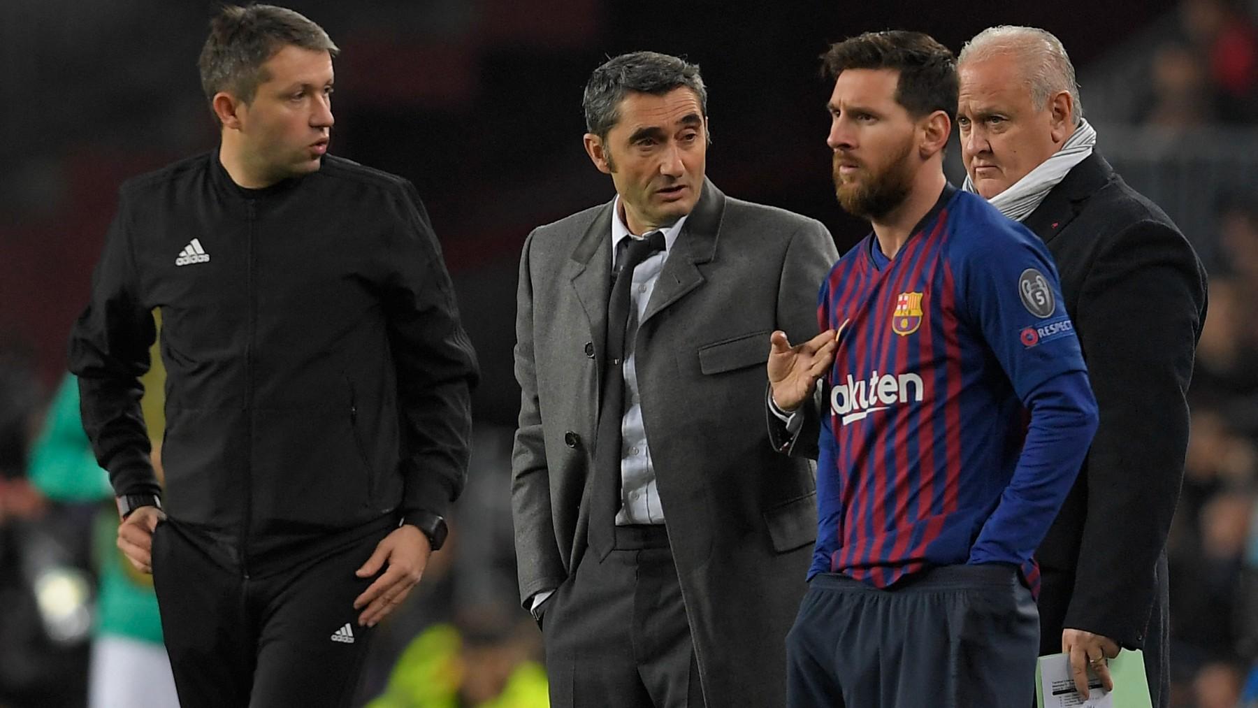 Valverde habla con Messi durante su etapa en el Barça. (AFP)