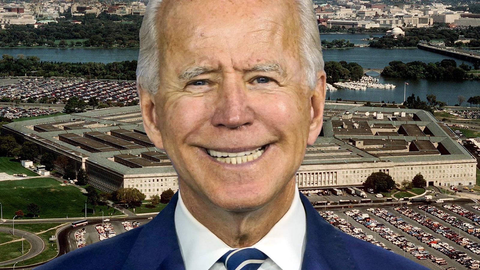 Joe Biden y el Pentágono de fondo.