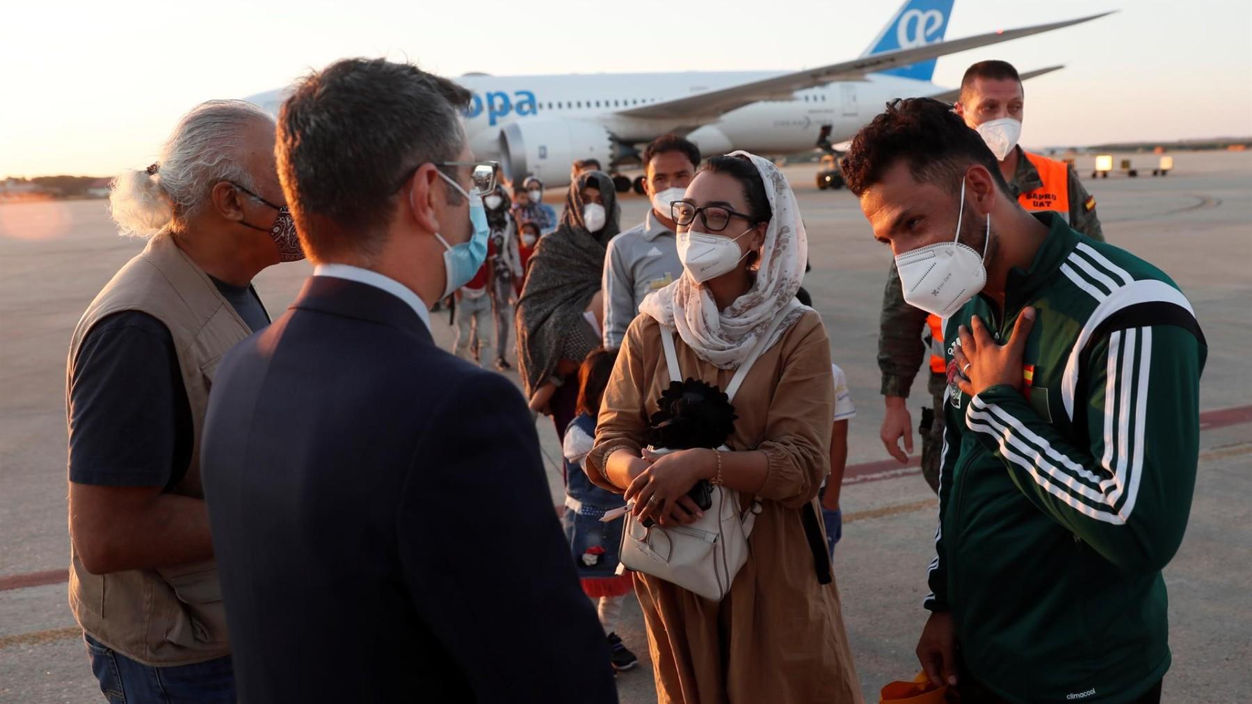 El ministro, Félix Bolaños  da la bienvenida a la jugadora afgana Nilofar Bayat.