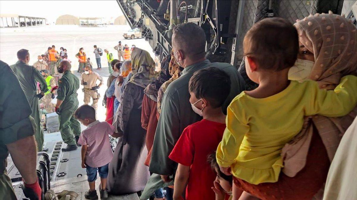 Niños y adultos a su llegada a Dubai tras ser repatriados de Afganistán por el Gobierno español (MINISTERIO DE DEFENSA).