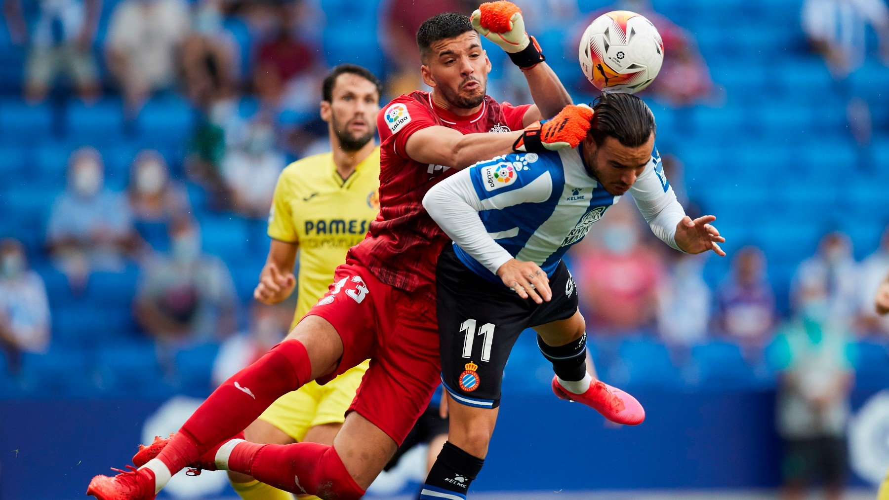 Rulli pelea un balón con Raúl de Tomás durante el Espanyol-Villarreal. (EFE)