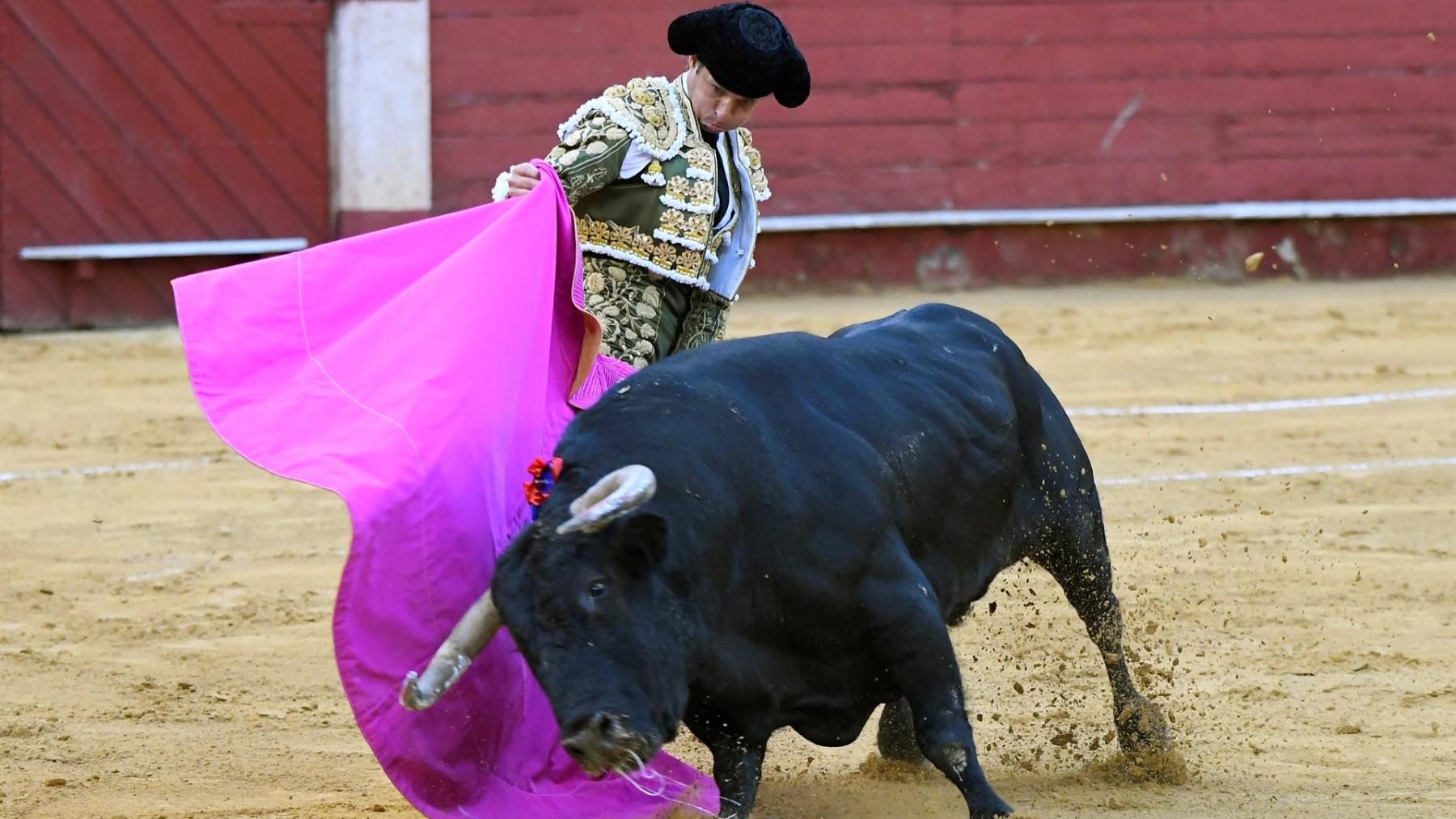 El diestro Julián López 'El Juli' da un pase a su primer toro.