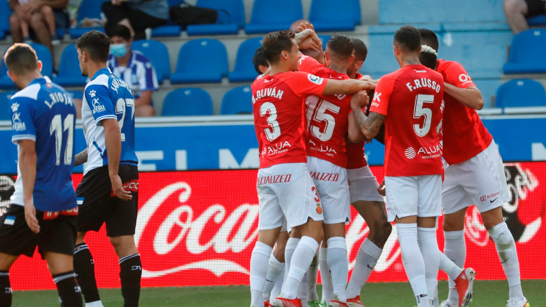 Los jugadores del Mallorca celebran el gol de Fer Niño ante el Alavés. (EFE)