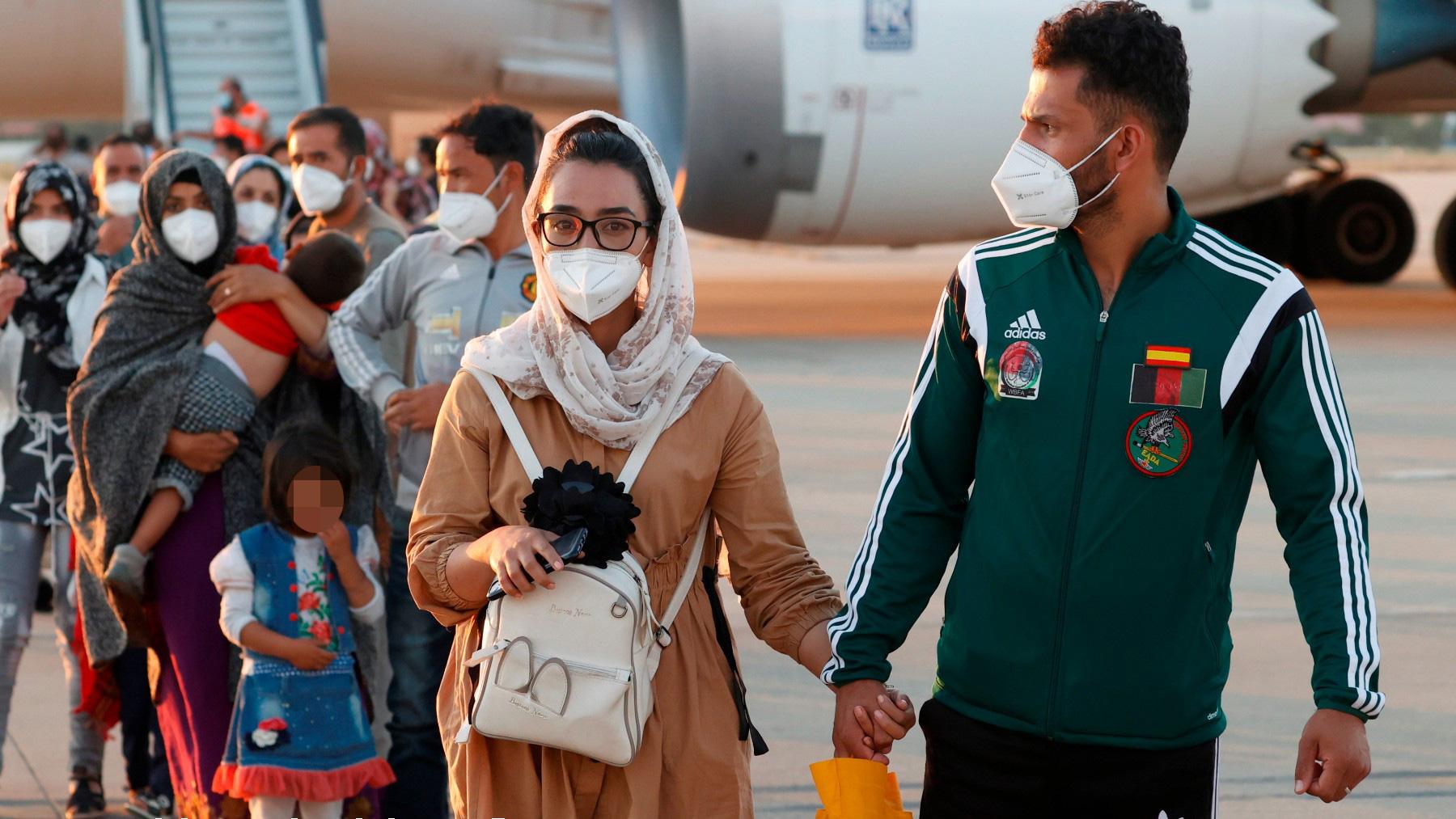 Nilofar Bayat y su pareja Ramish, en su llegada a Madrid desde Kabul. (EFE)