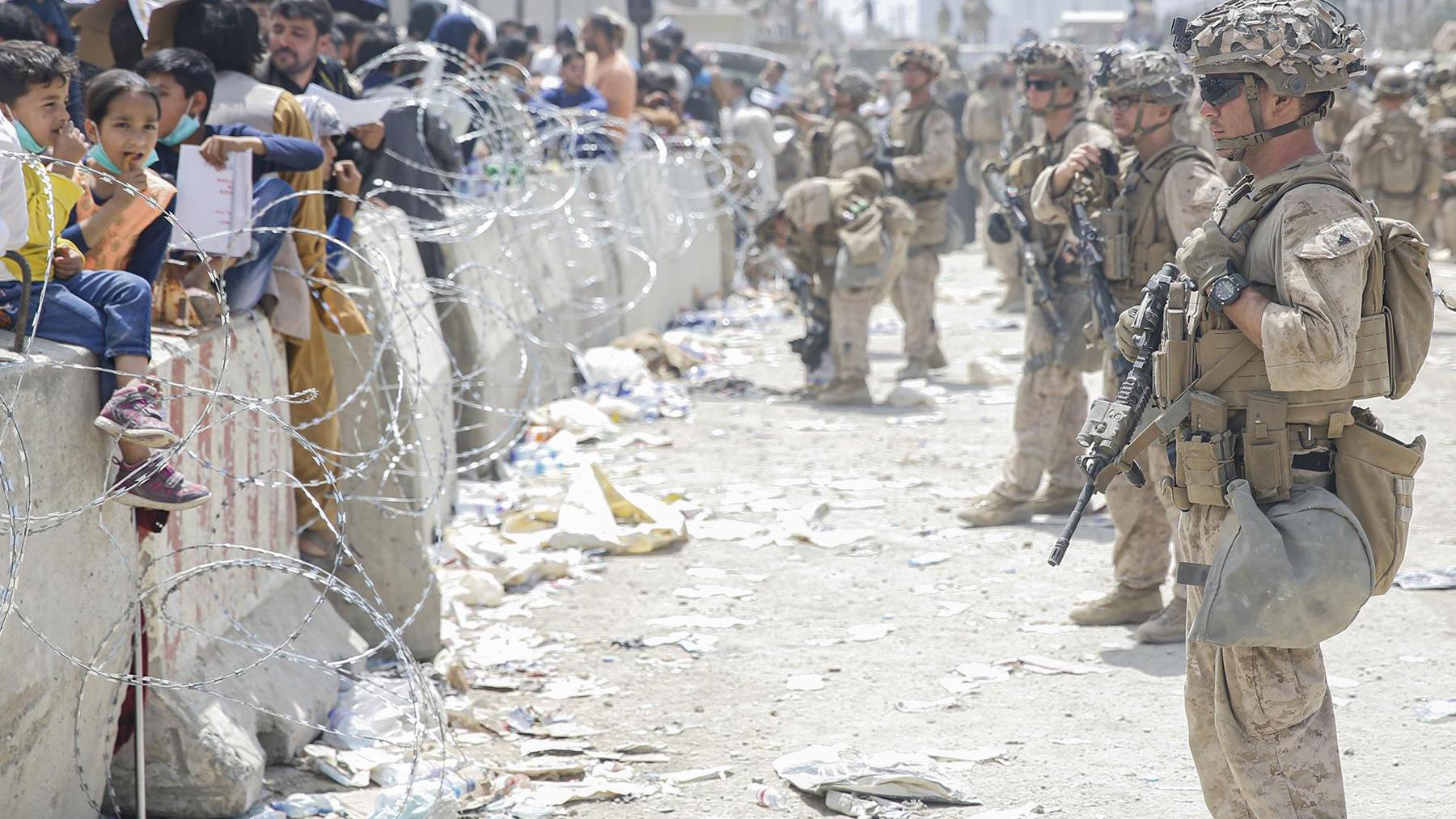 Militares estadounidenses custodiando el aeropuerto de Kabul.