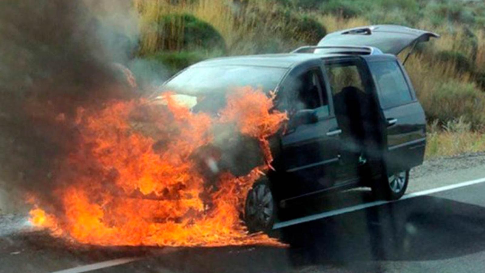 Vehículo ardiendo que originó el incendio de Ávila.