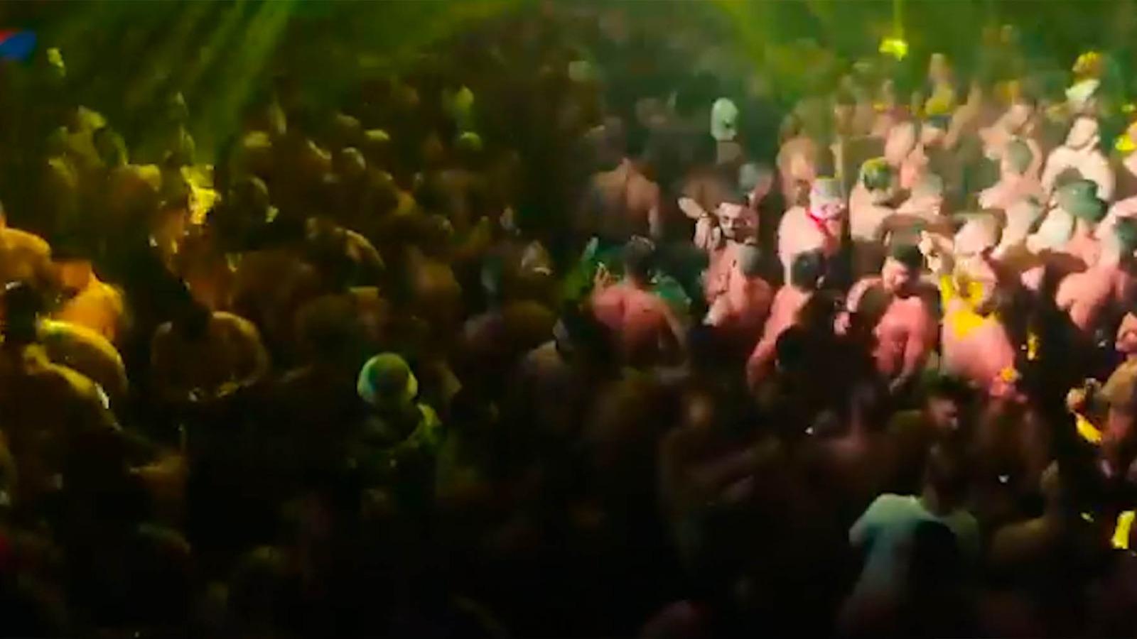 El alcalde de Torremolinos (PSOE) permite un multitudinario festival gay: sin distancia y sin mascarillas.