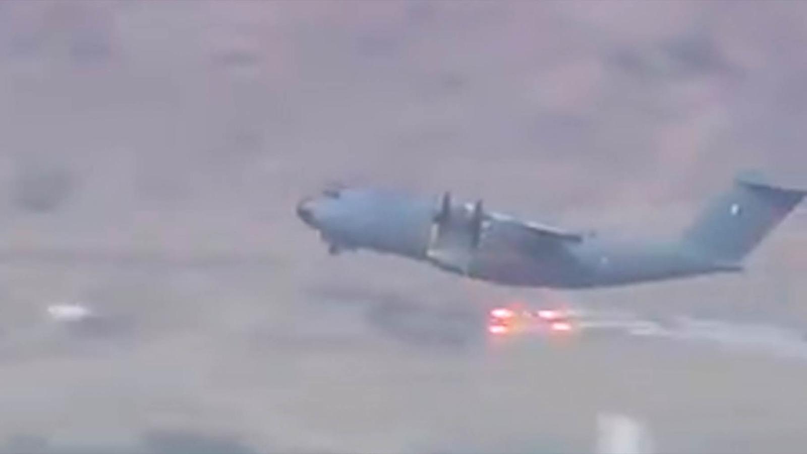 Un A400M francés usa sus bengalas de contramedidas sobre Kabul.