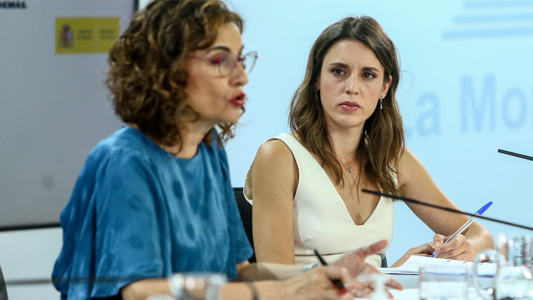 La ministra de Hacienda, María Jesús Montero, y la de Igualdad, Irene Montero. (Foto: EP)