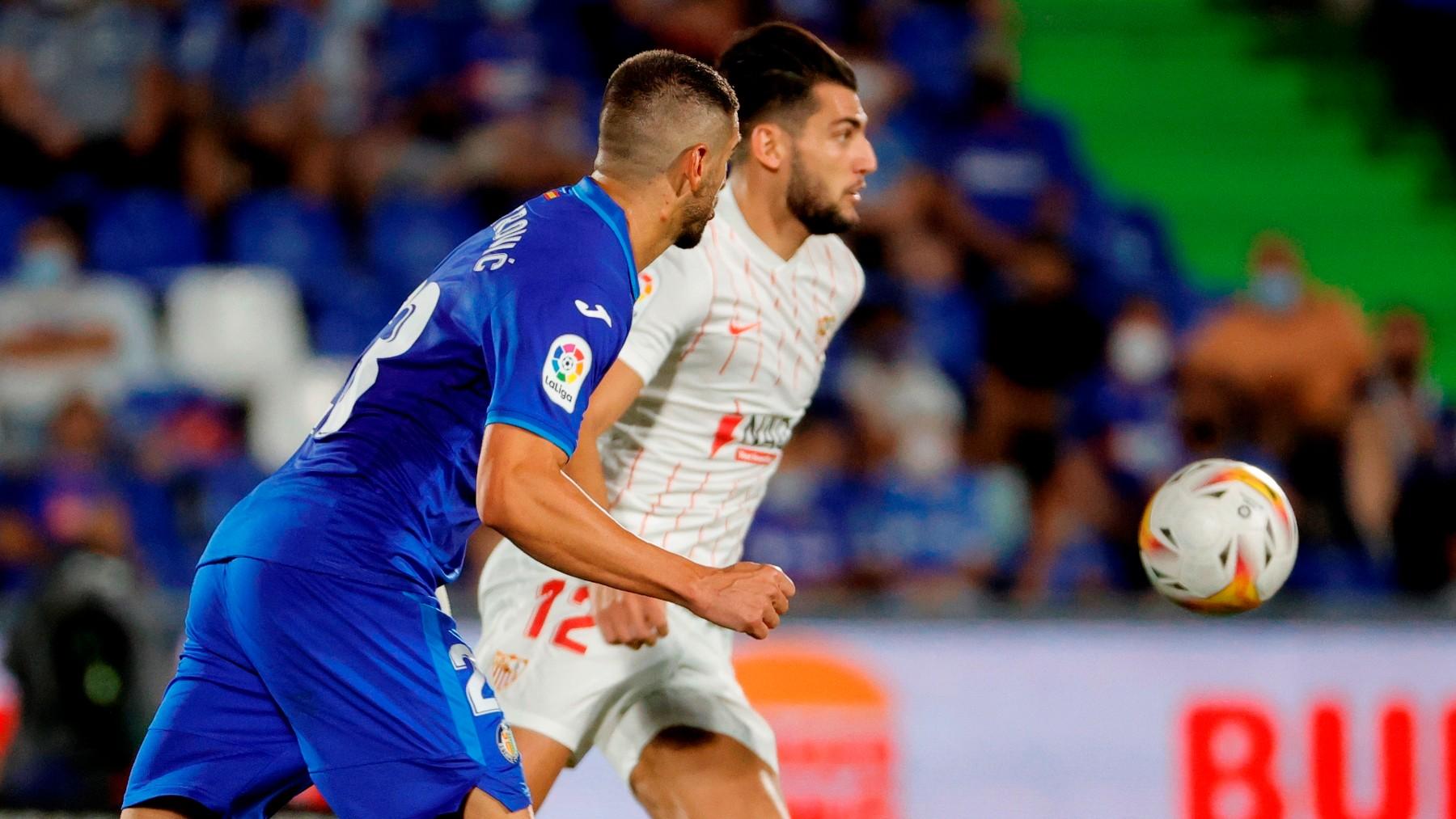 Rafa Mir controla un balón durante el Getafe-Sevilla. (EFE)