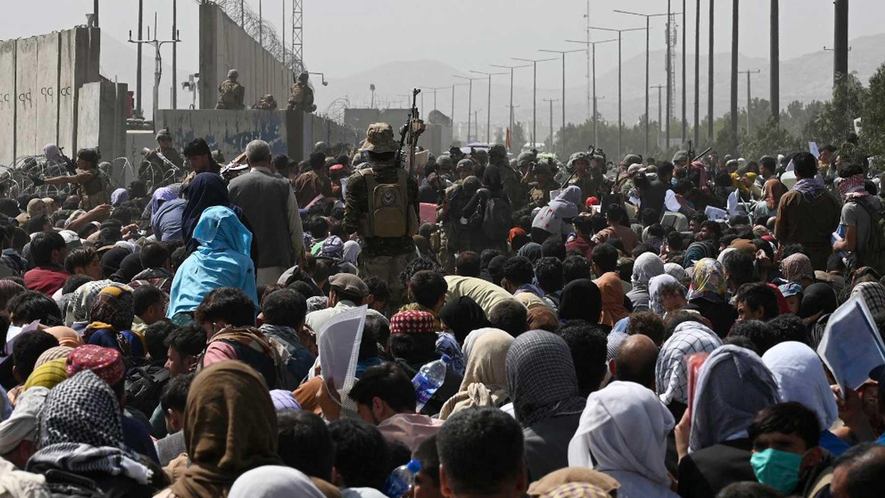 Decenas de miles de afganos se agolpan en una de las entradas al aeropuerto de Kabul. (Foto: AFP)