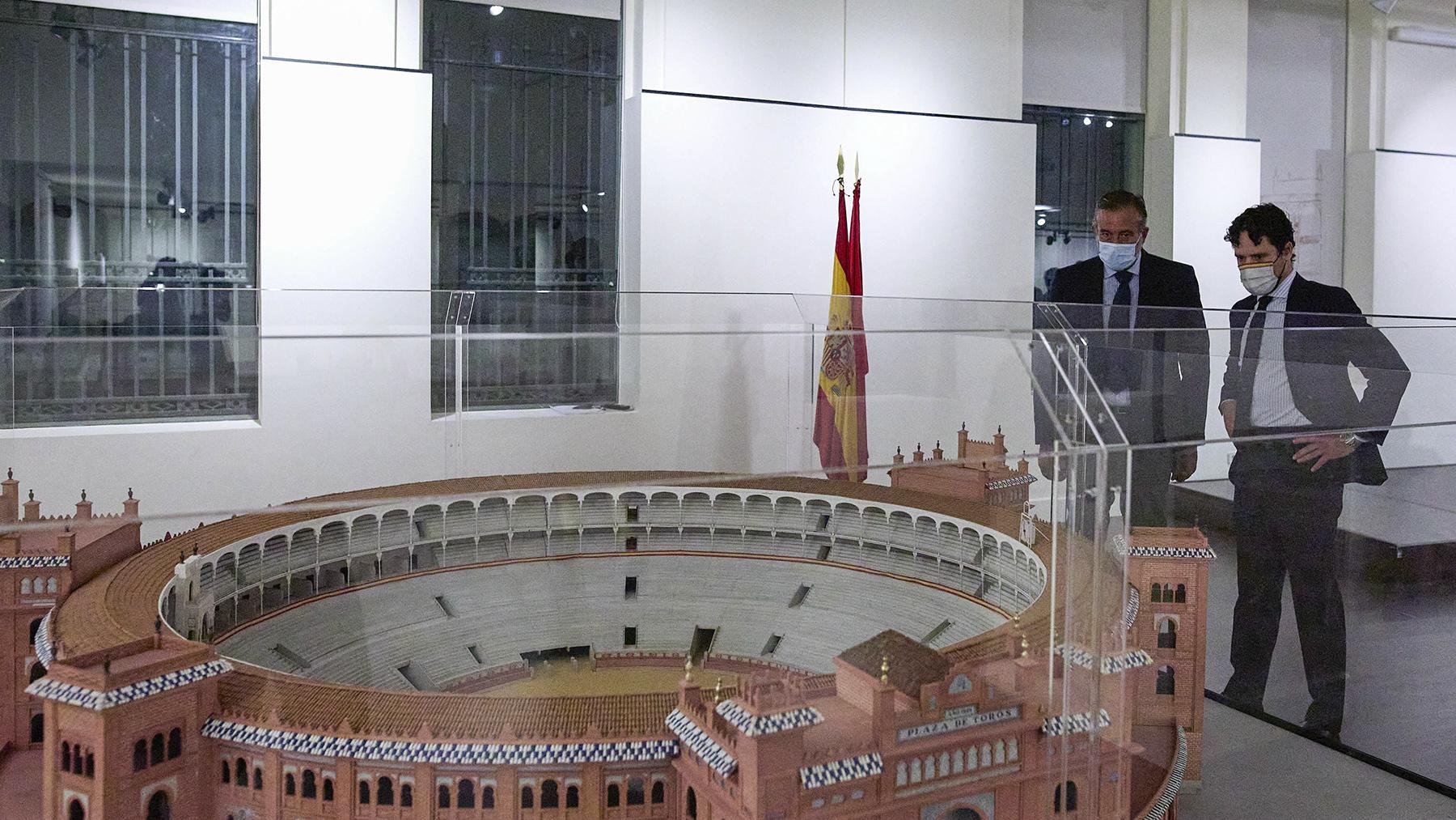 El consejero de Presidencia, Justicia e Interior de la Comunidad de Madrid, Enrique López (i), y el torero y director gerente del Centro Asuntos Taurinos de la Comunidad de Madrid, Miguel Abellán.