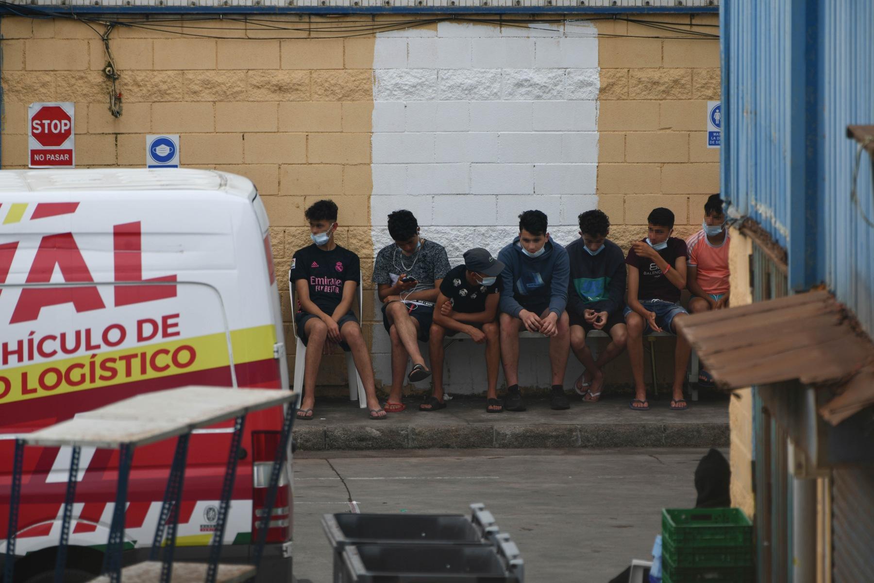 Menores extranjeros no acompañados alojados en las naves del Tarajal, en Ceuta (ANTONIO SEMPERE / EUROPA PRESS).