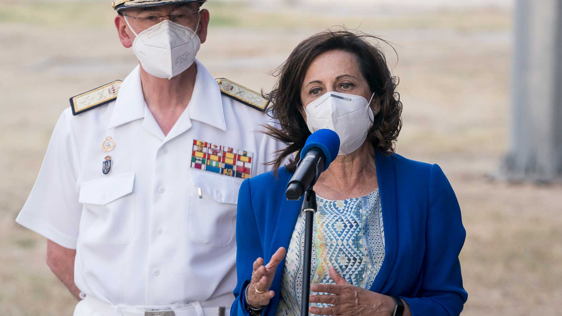 La ministra de Defensa, Margarita Robles, tras recibir a un nuevo avión con 260 personas procedentes de Afganistán. Foto: EP