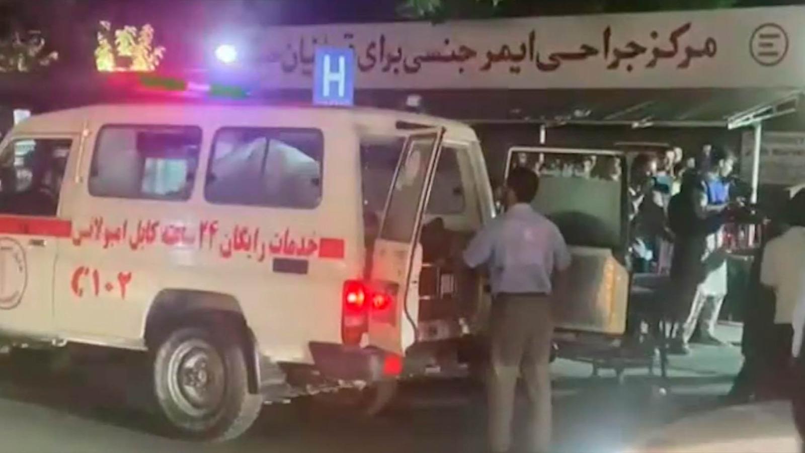 Traslado de víctimas del atentado en Kabul.
