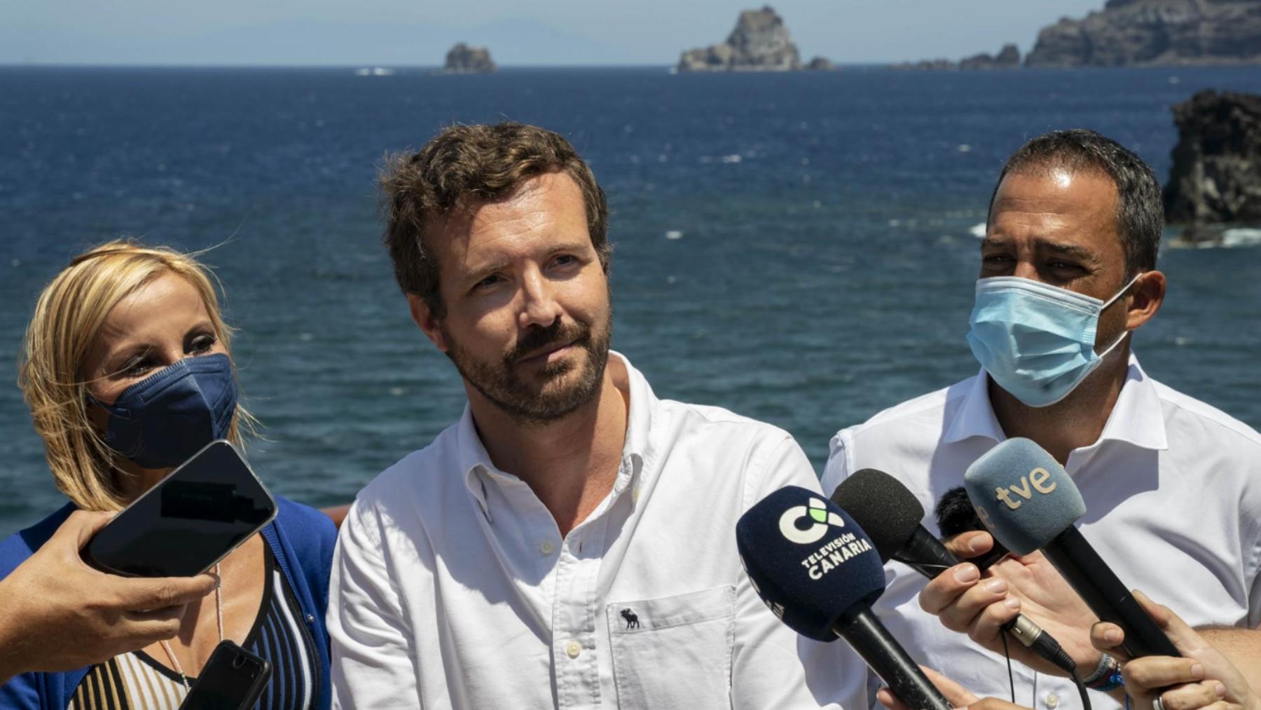 El presidente del PP, Pablo Casado, durante una visita a la isla de El Hierro (Canarias).