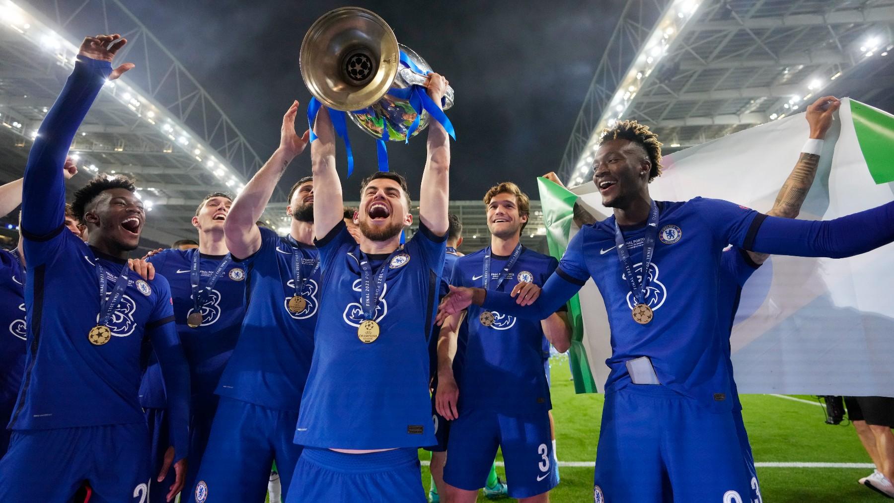 Jorginho levanta la Champions. (AFP)