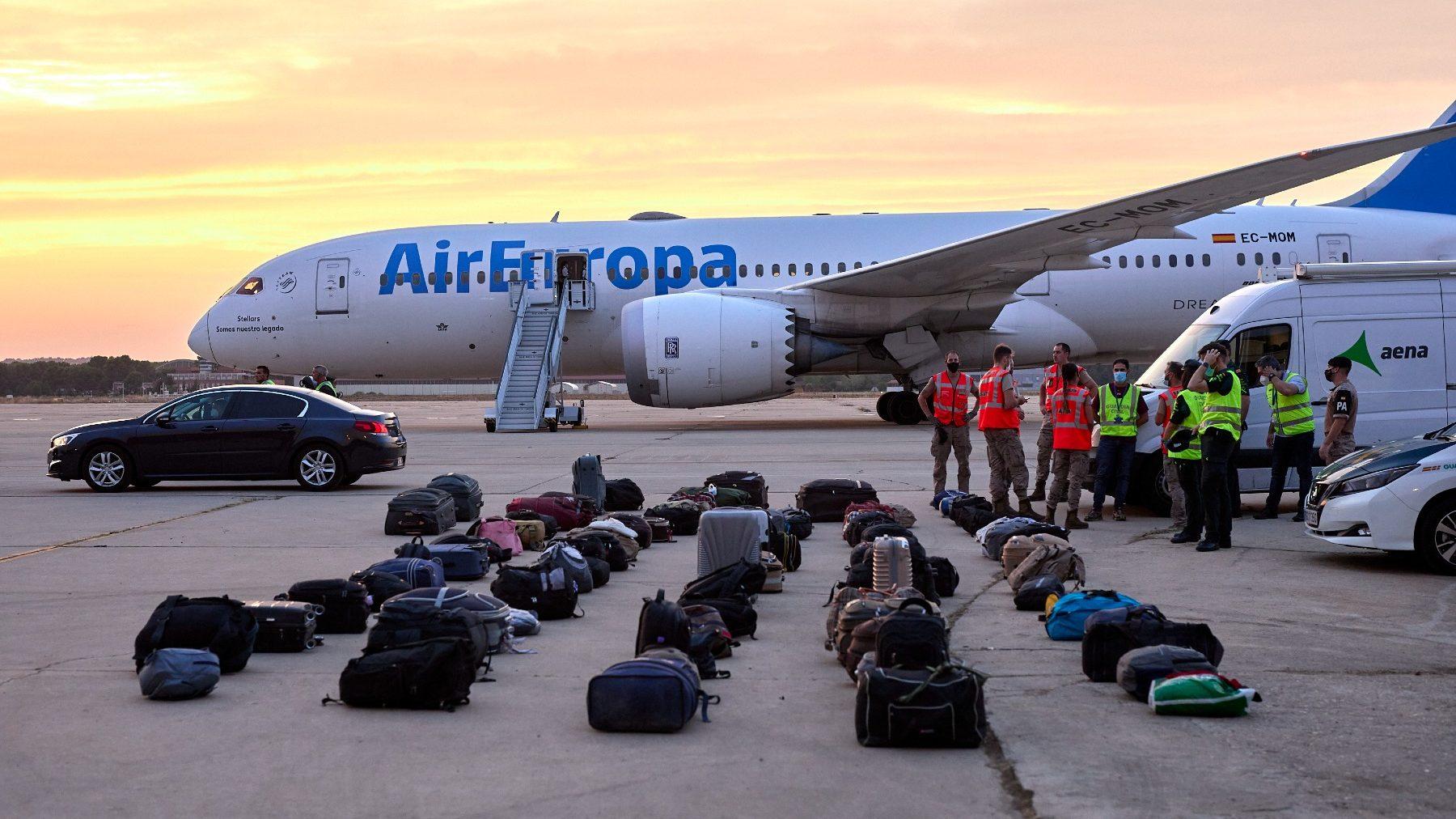 Equipajes de refugiados afganos en la base aérea de Torrejón de Ardoz, en Madrid (JESÚS HELLÍN / EUROPA PRESS).