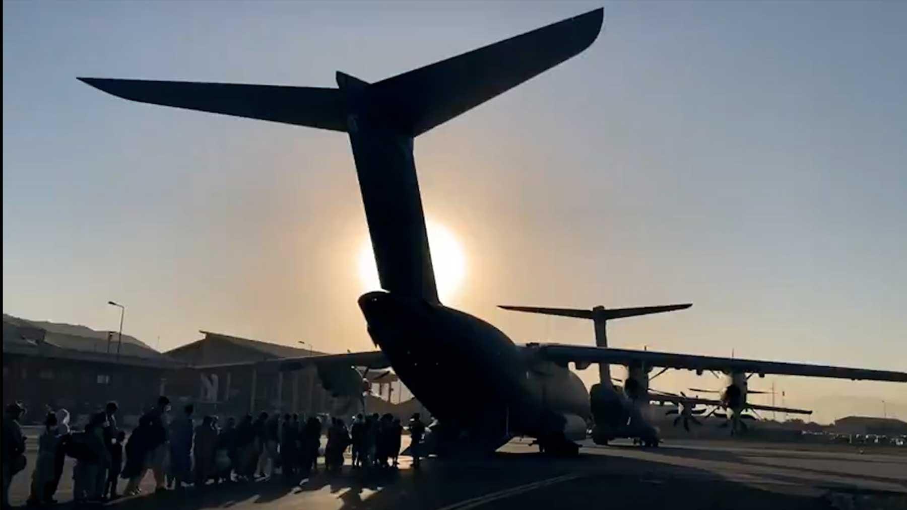 Un grupo de refugiados afganos embarca en un avión español en Kabul.
