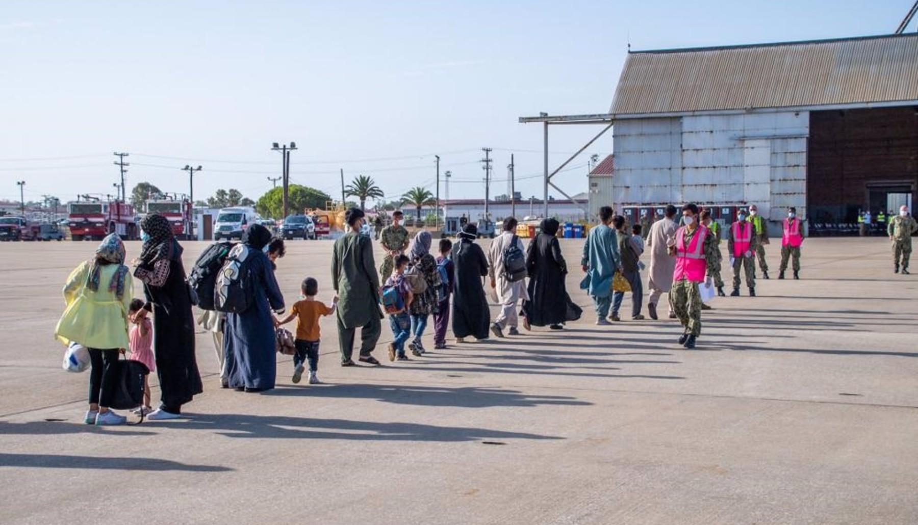 Un grupo de refugiados afganos llegan a la base de Rota en un avión militar estadounidense. Foto: Armada de EEUU