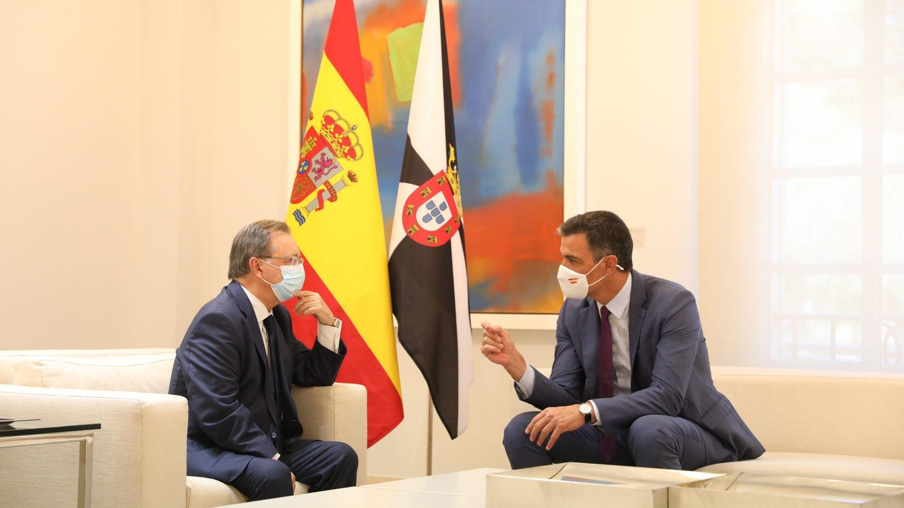 El presidente de Ceuta, Juan Vivas, en Moncloa con Sánchez (MARTA FERNÁNDEZ / EUROPA PRESS). (1)