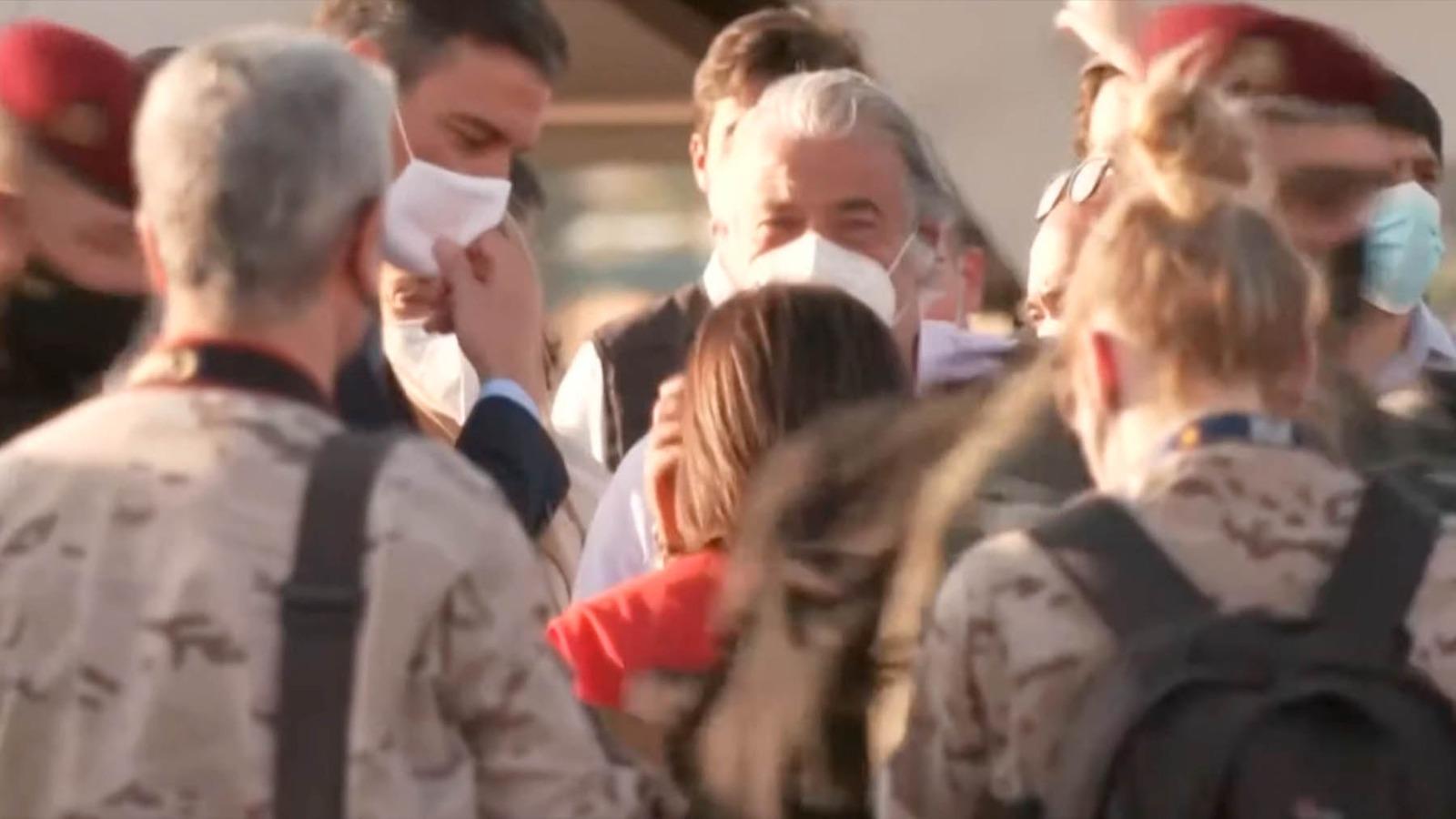 Pedro Sánchez recibiendo a los últimos militares en volver de Afganistán.
