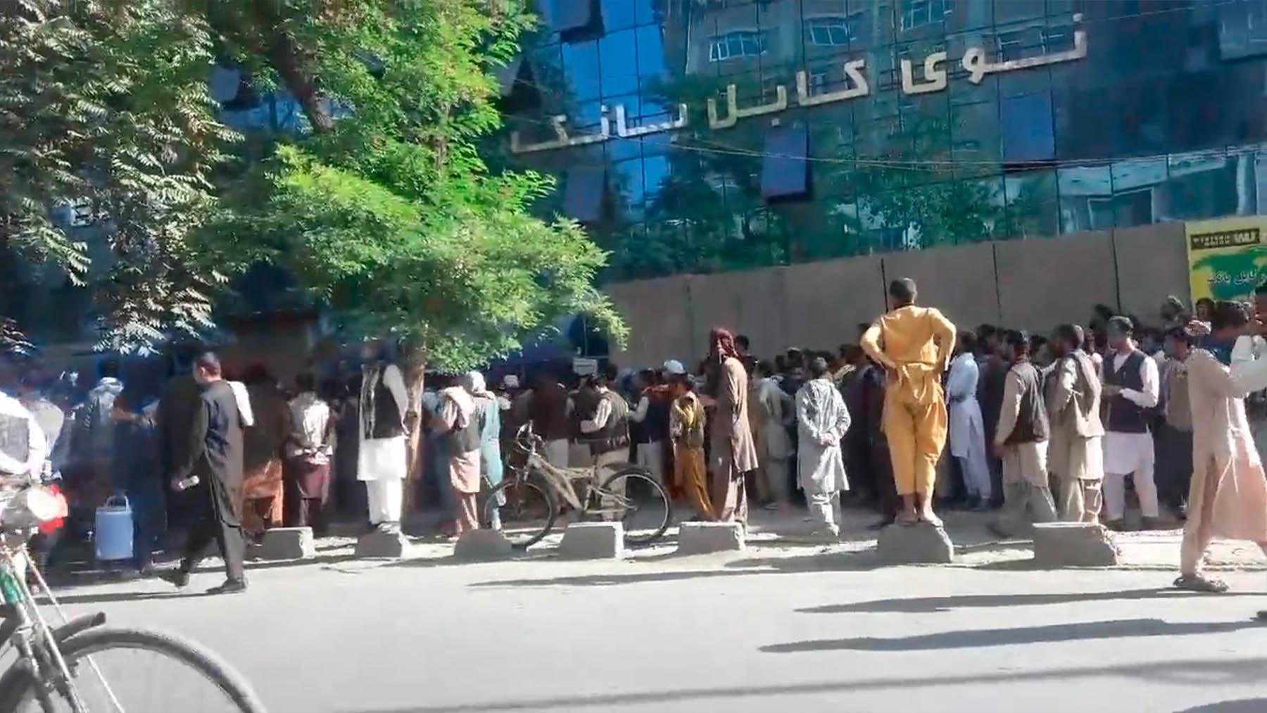 Colas en un bando de Kabul.