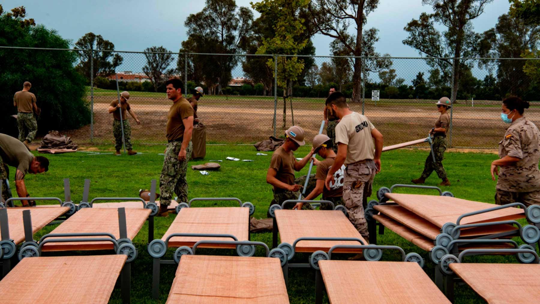 Militares españoles ayudan en las labores de acondicionamiento para acoger evacuados de Afganistán en la base norteamericana de Rota. Foto: @USNavy
