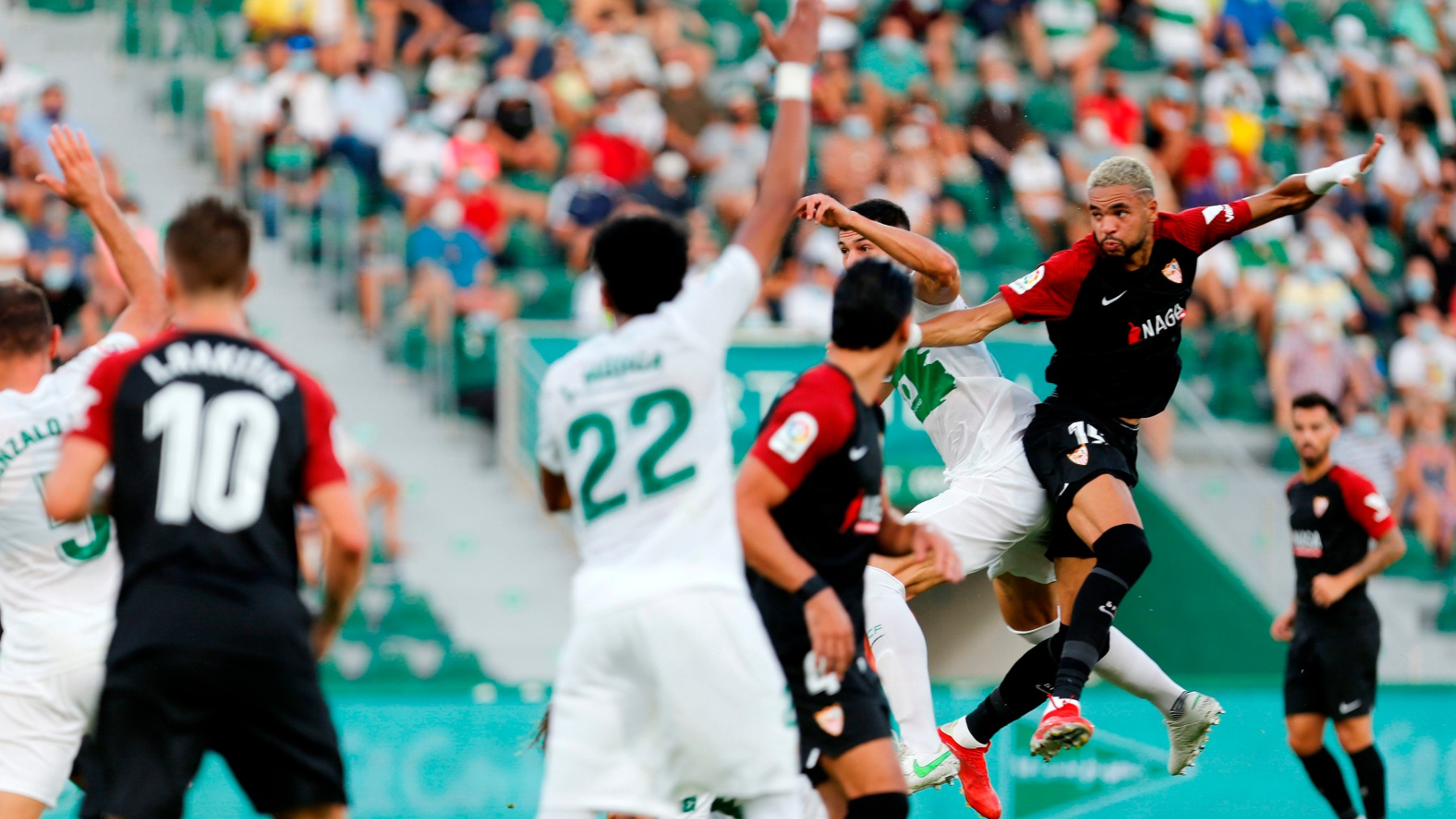 En-Nesyri salta en la acción del tanto del empate del Sevilla. (EFE)