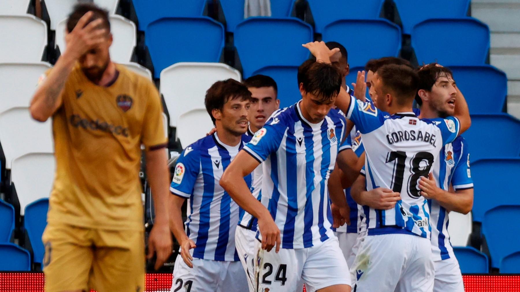La Real Sociedad celebra un gol ante el Levante. (EFE)
