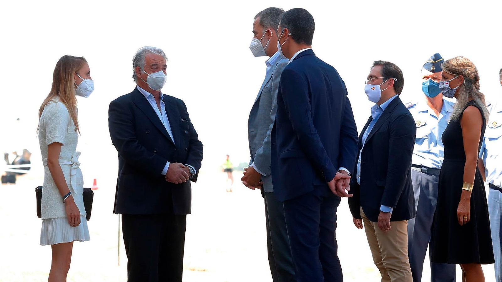 El Rey Felipe VI, junto a Sánchez, departe con el embajador Gabriel Ferrán y su número 2, Paula Sánchez. Imagen: Paco Toledo