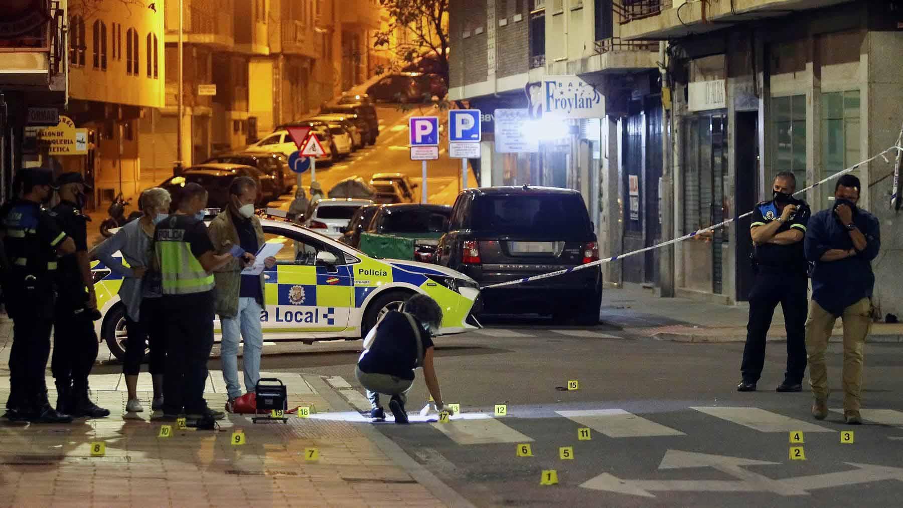 La Policía recoge pruebas en el lugar del tiroteo. Foto: EFE.
