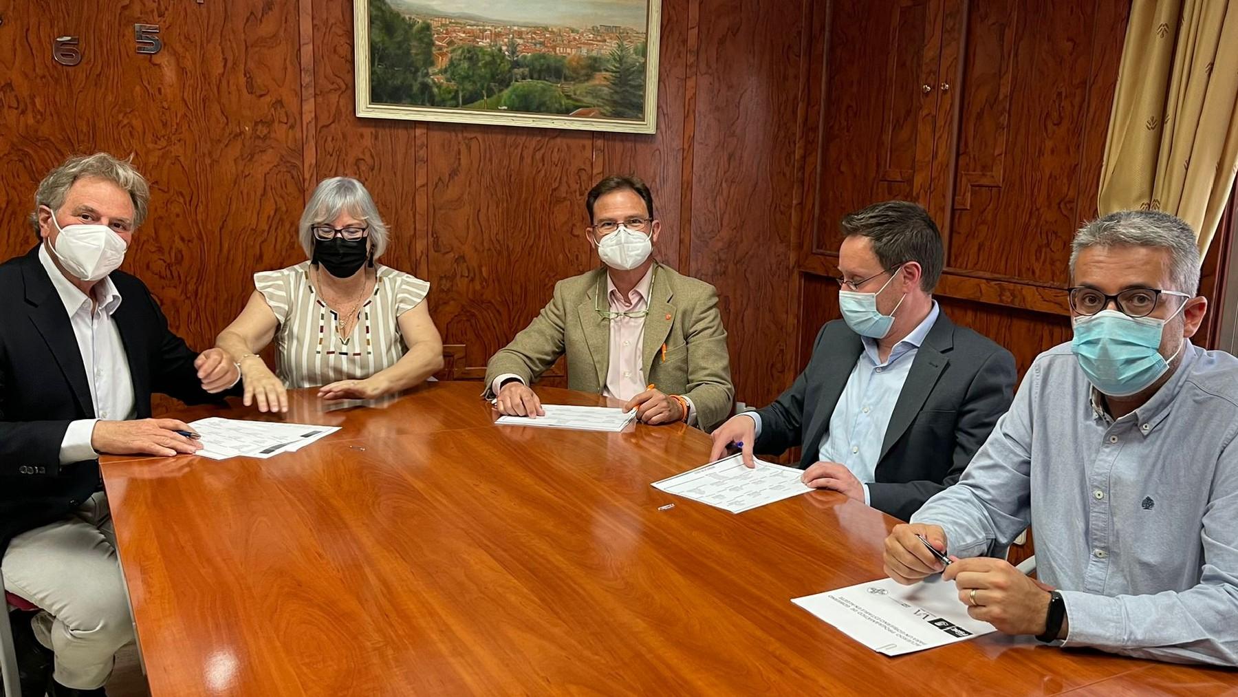 Jorge Martínez (centro), de Ciudadanos, firmando el acuerdo con PSOE, VxA y USD en Algete. (Foto: Ayto. Algete)