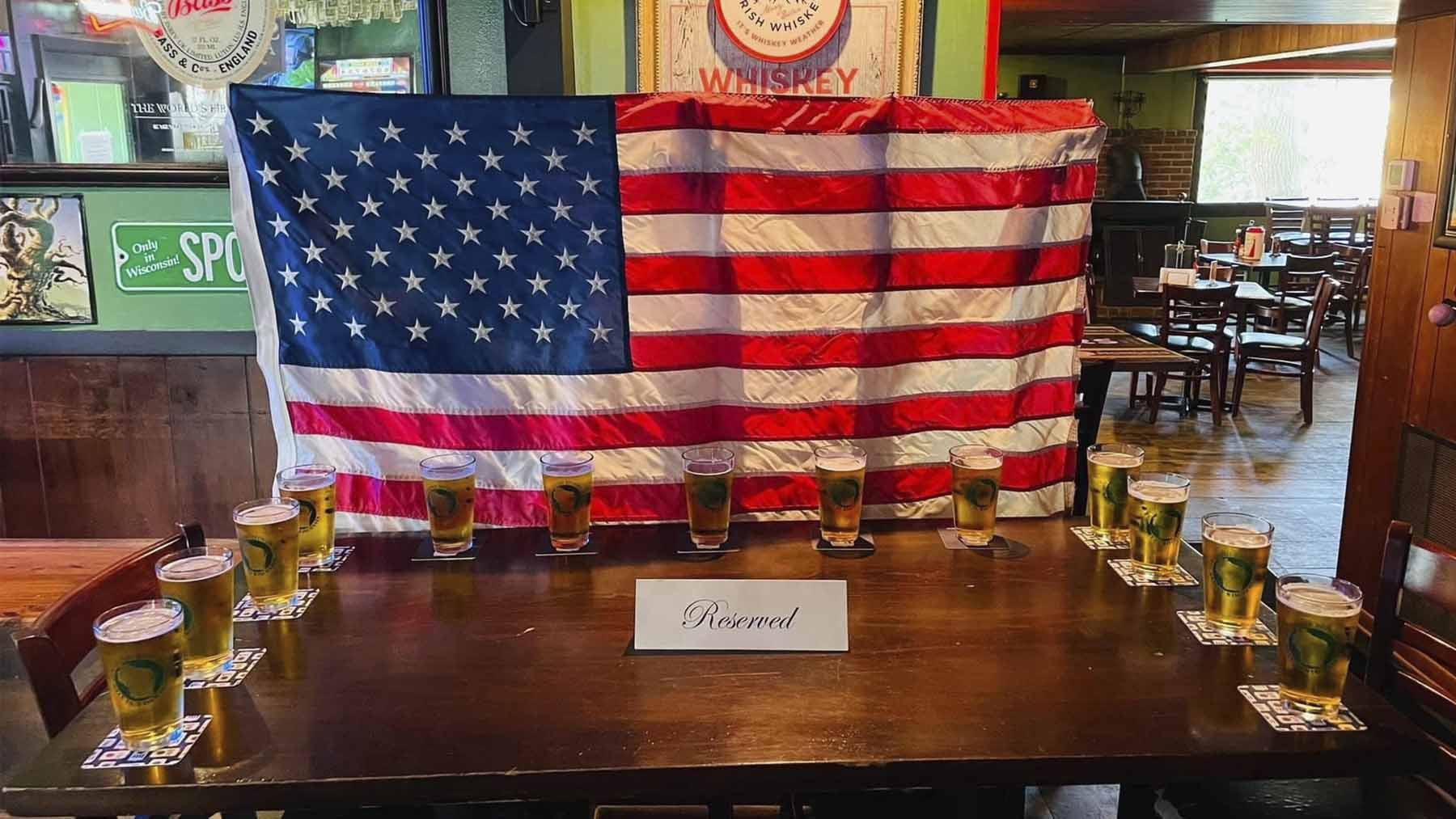 El bar AJOBrady's comparte la foto con la mesa y las cervezas reservadas para los 13 marines muertos