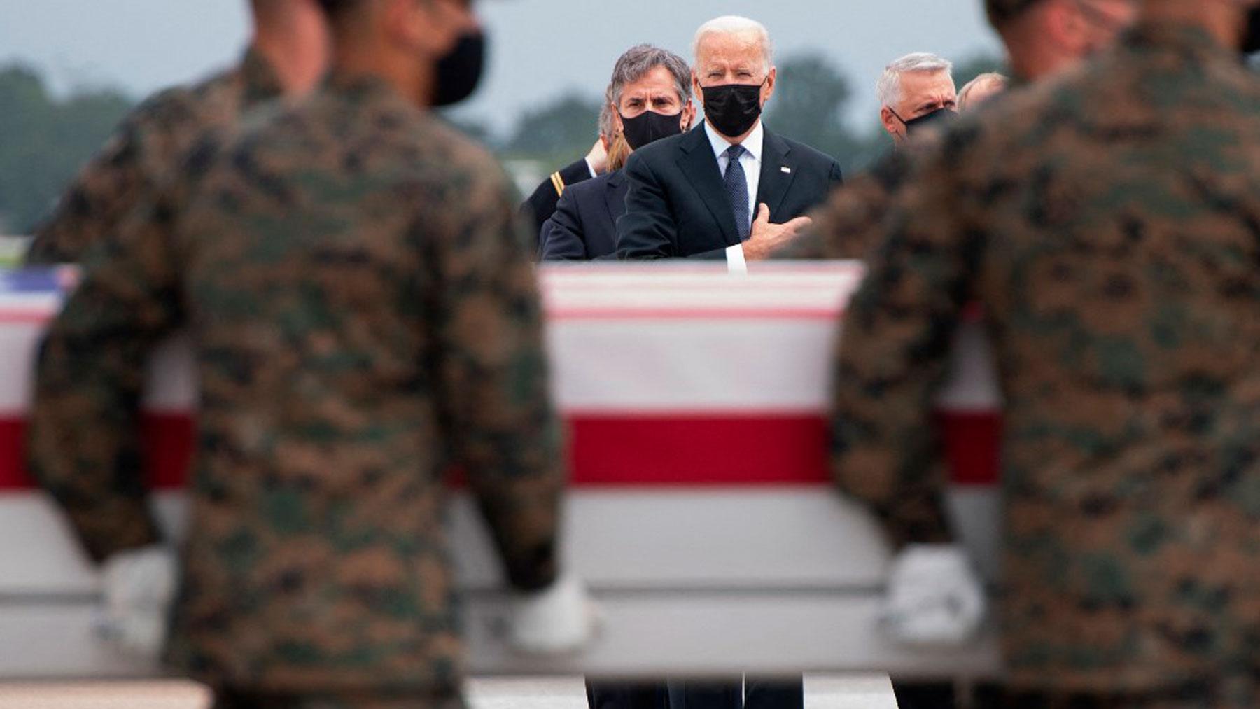 El presidente de EEUU, Joe Biden, presenta sus respetos ante los féretros de los 13 soldados muertos en el atentado de Kabul. Foto: AFP