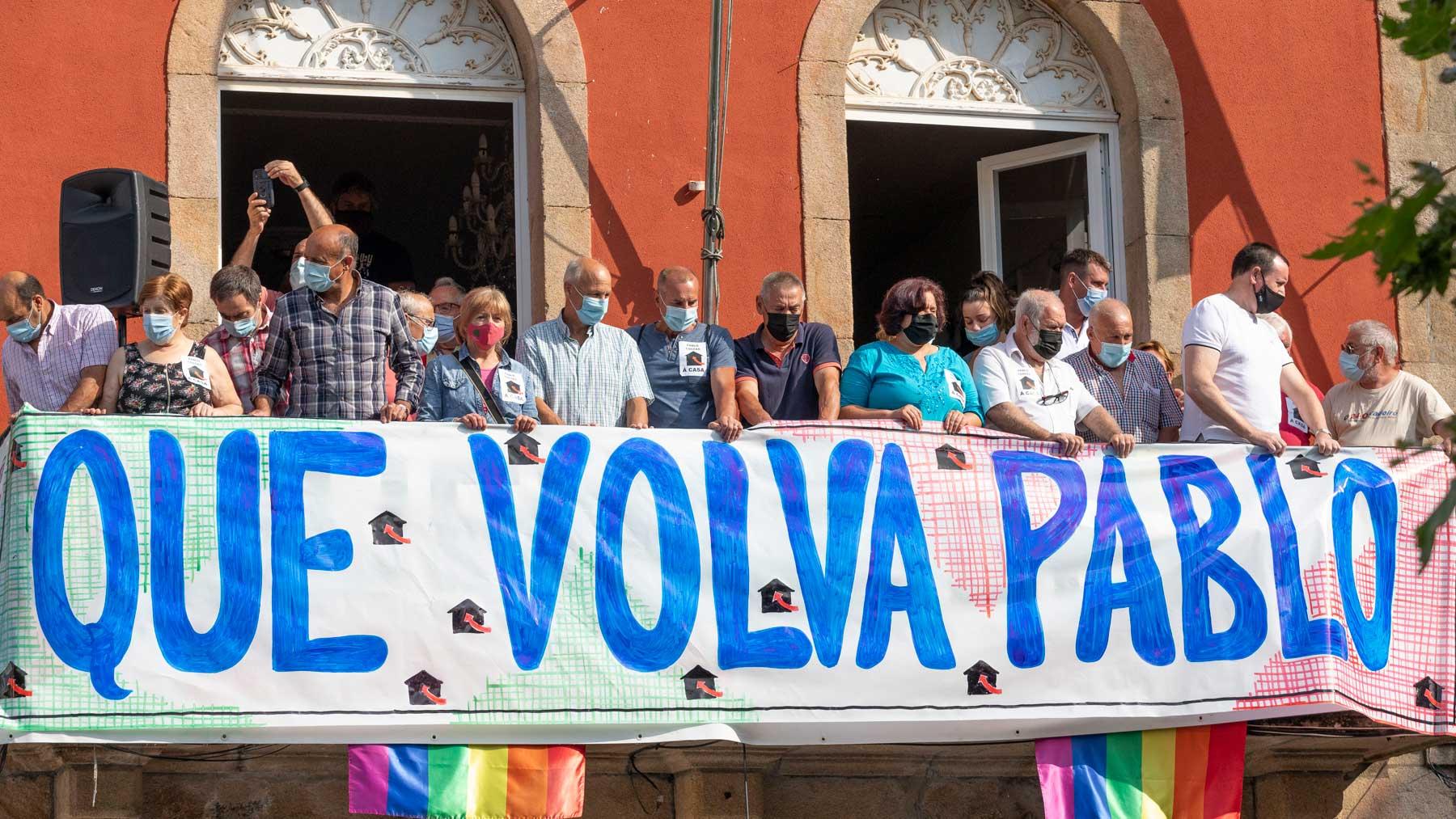 Un grupo de personas sostiene una pancarta en apoyo a marinero gallego retenido en Yemen. Foto: EP