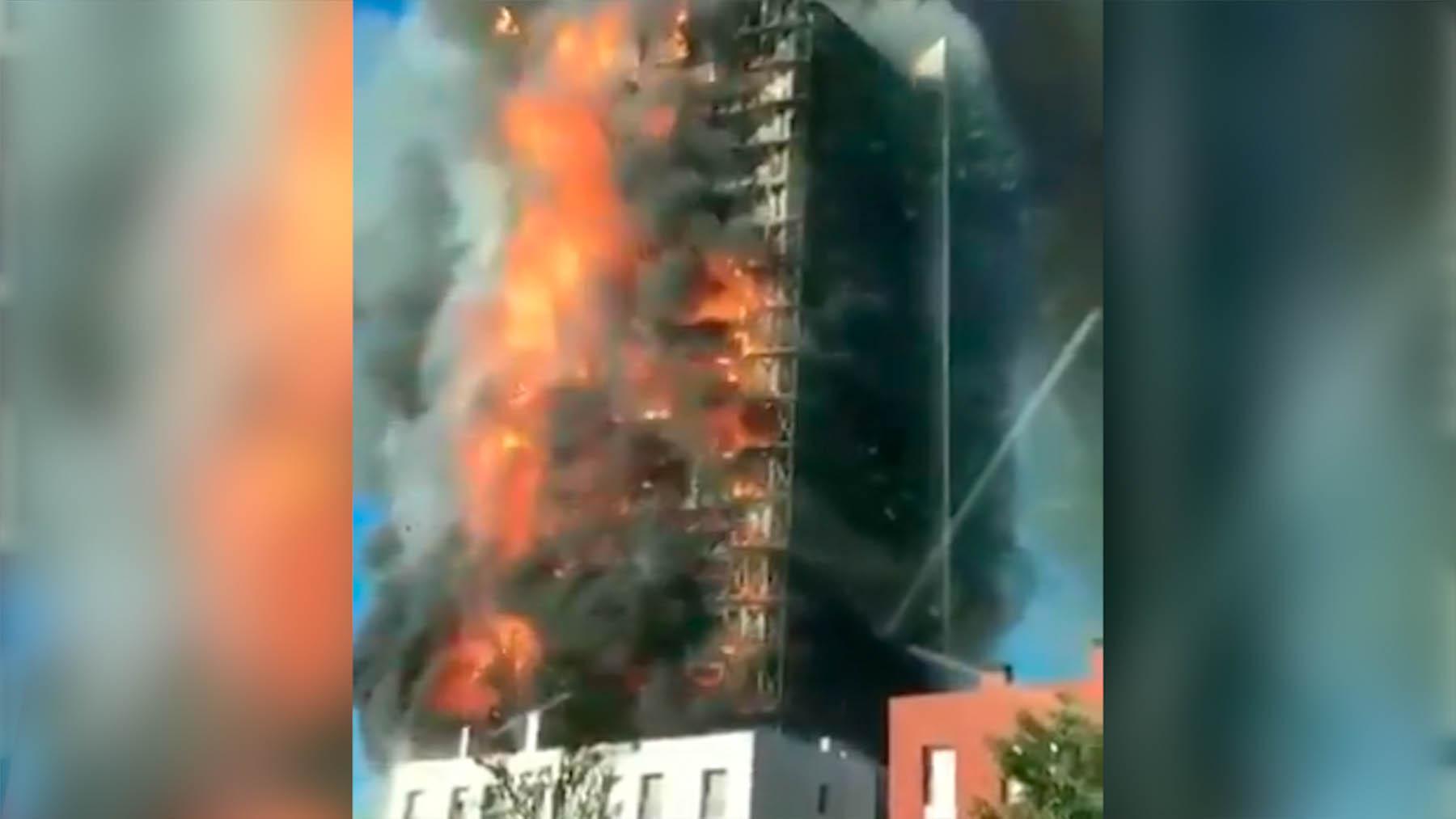 Espectacular incendio en un edificio de 20 plantas en Milán.