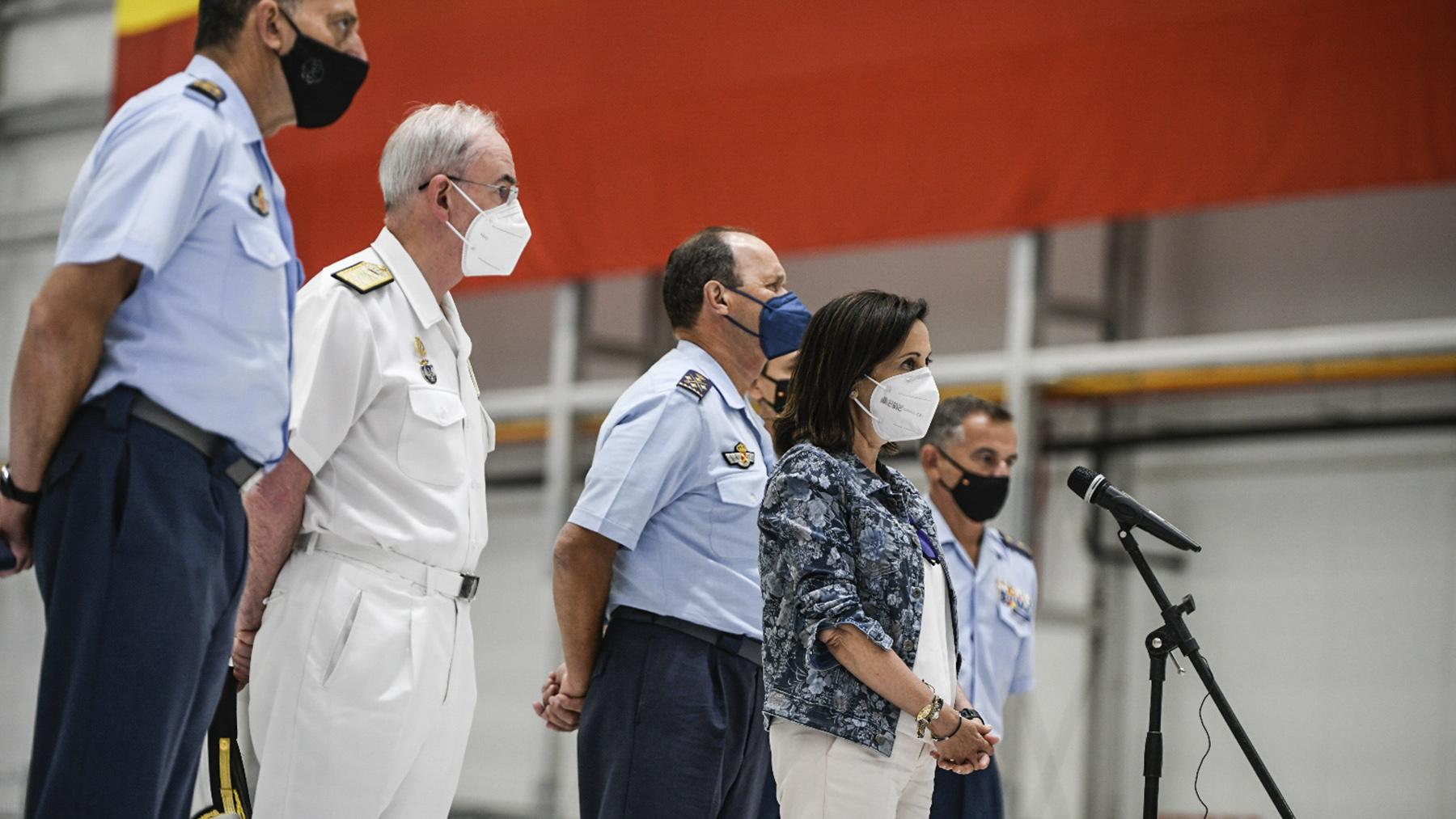 La ministra de Defensa, Margarita Robles, durante el recibimiento a los últimos militares procedentes de Afganistán.