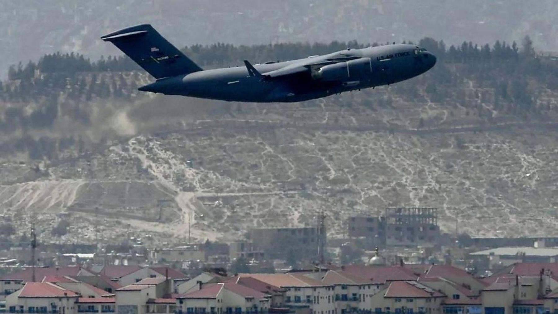 Un avión de EEUU despega del aeropuerto de Kabul.