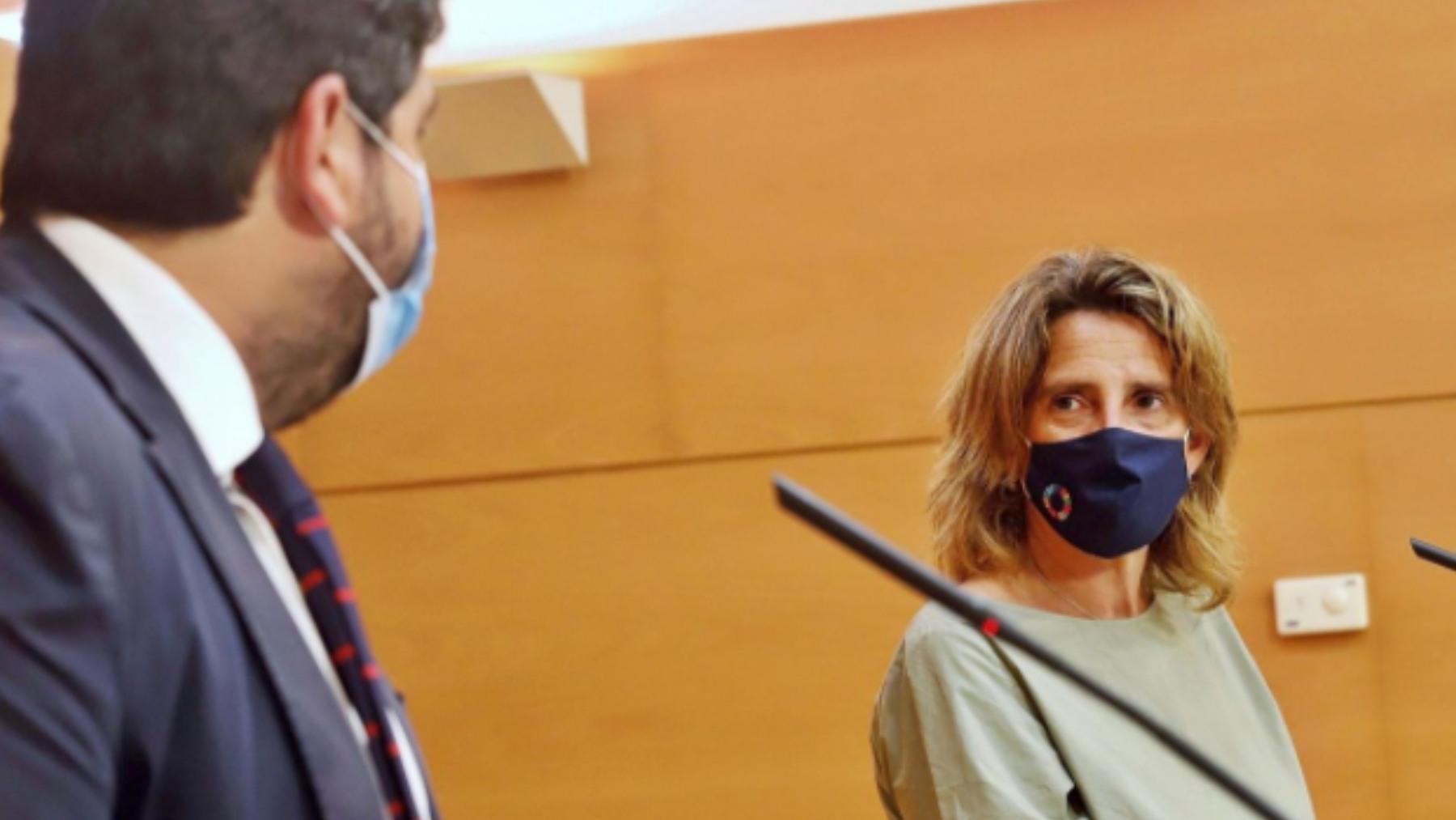 La ministra Teresa Ribera y el presidente de Murcia, Fernando López Miras.