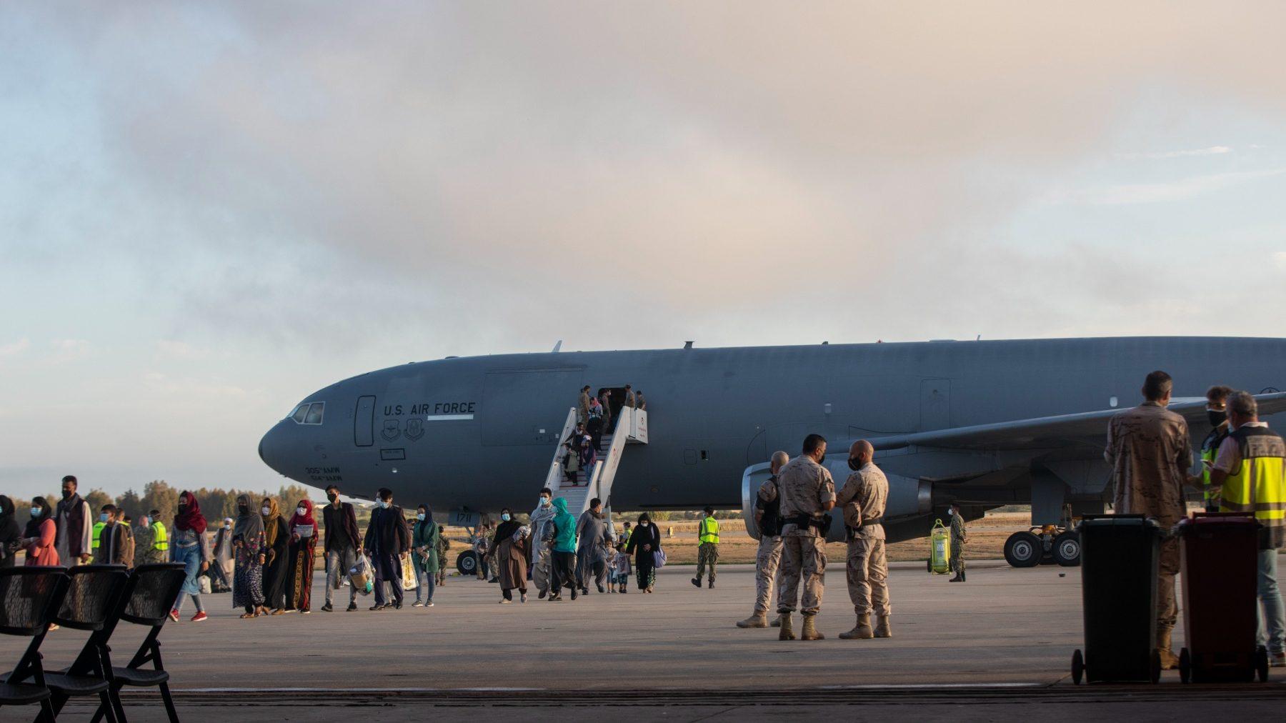 Refugiados afganos llegan a la Base Naval de Rota (MARÍA JOSÉ LÓPEZ / EUROPA PRESS). (1)